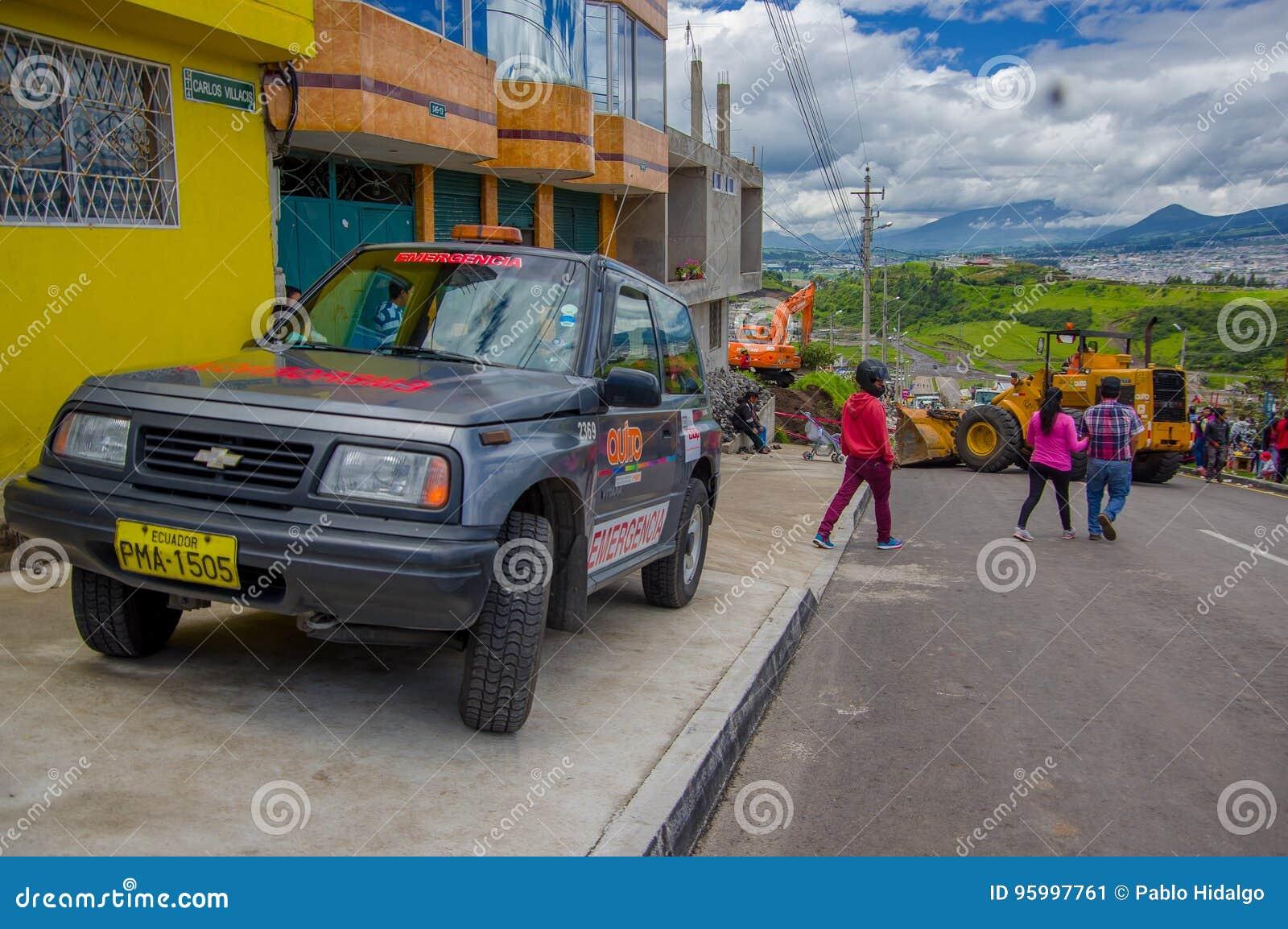 Quito Ekwador, Kwiecień, -, 17, 2016: Niezidentyfikowana grupa ludzi patrzeje zniszczenie powodować trzęsieniem ziemi i ciężki ma