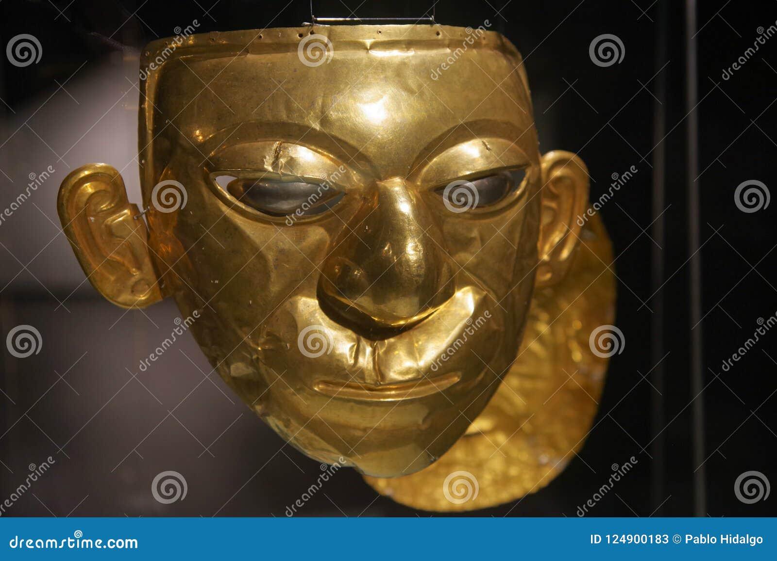 QUITO, EQUADOR - 24 DE AGOSTO DE 2018: Feche acima da cara dourada bonita do Inca dentro do museu da ágora do EL situado no la do