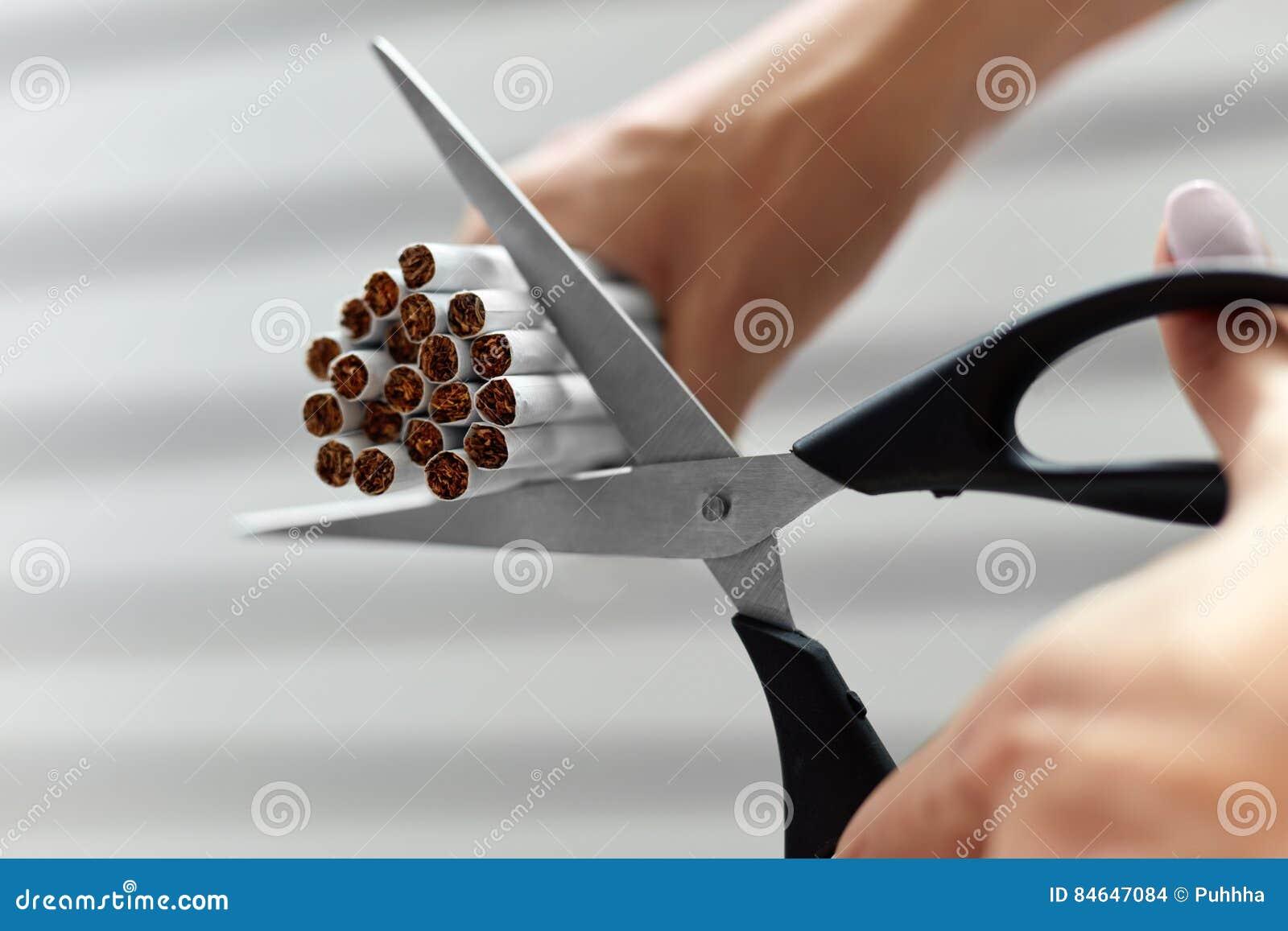 Quittez l image contre le tabac rendue par Smoking Le plan rapproché de la femme remet des cigarettes de coupe
