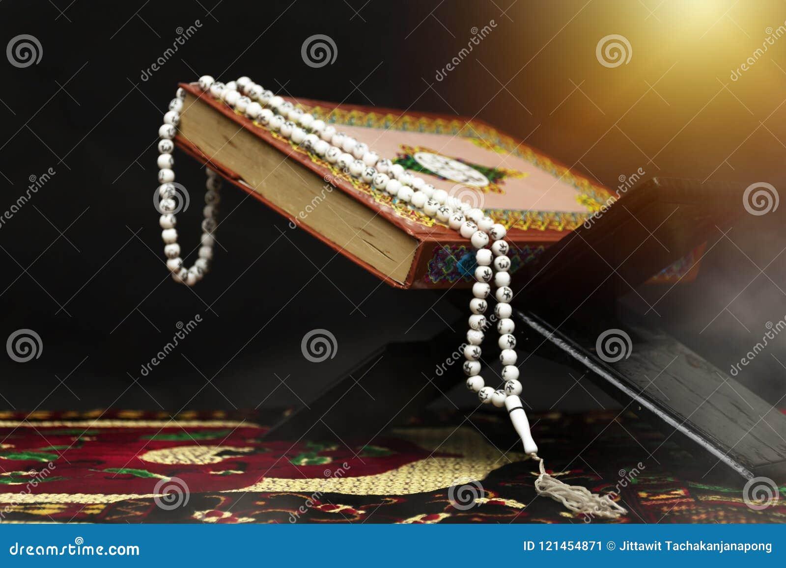 Quran - libro sagrado de musulmanes, en la mezquita