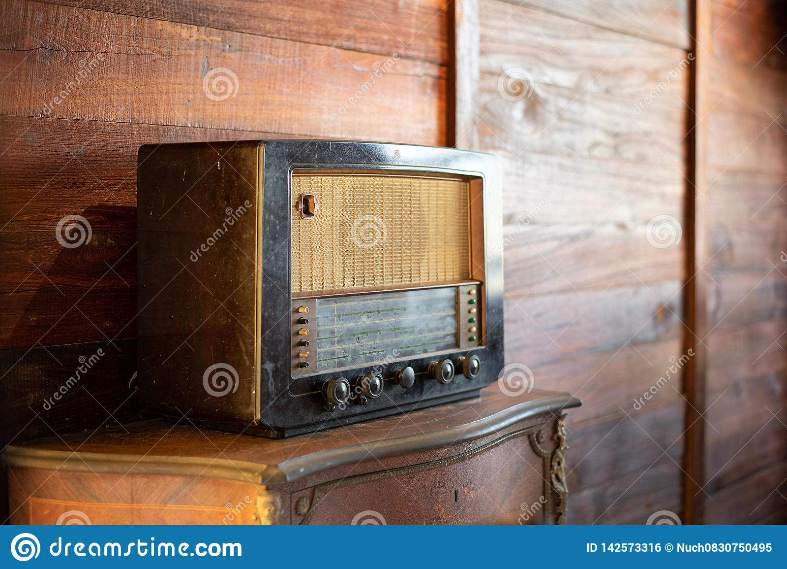 Rádio antigo no fundo de madeira