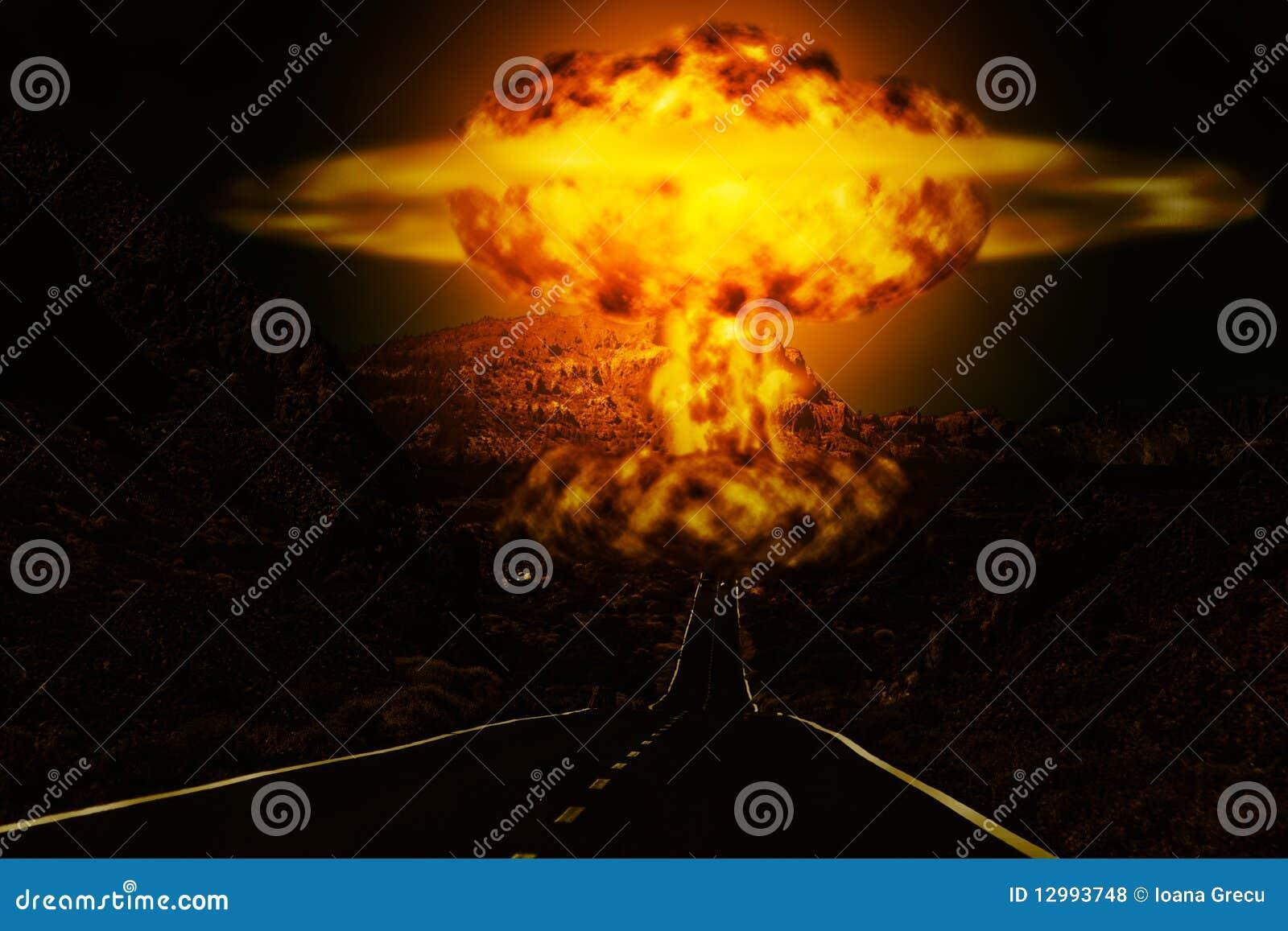 Ráfaga de bomba atómica en desierto