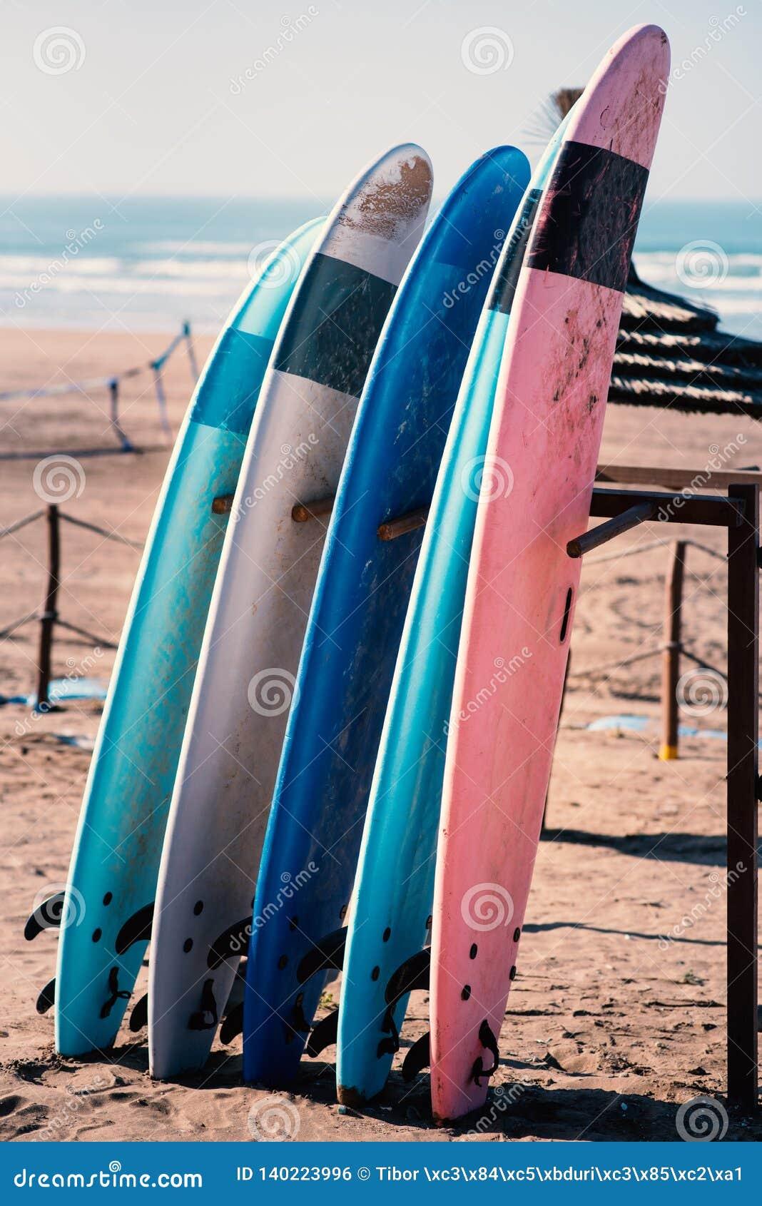 Różni kolory kipiel na piaskowata plaża w Casablanca, Maroko - Piękny widok na piaskowatej plaży i oceanie Kipieli deski dla pono