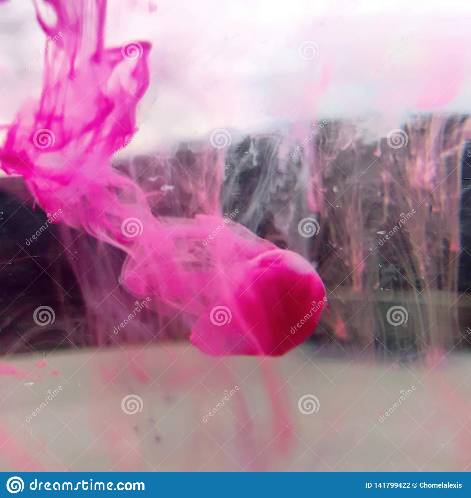 Różowe atrament krople w wodzie