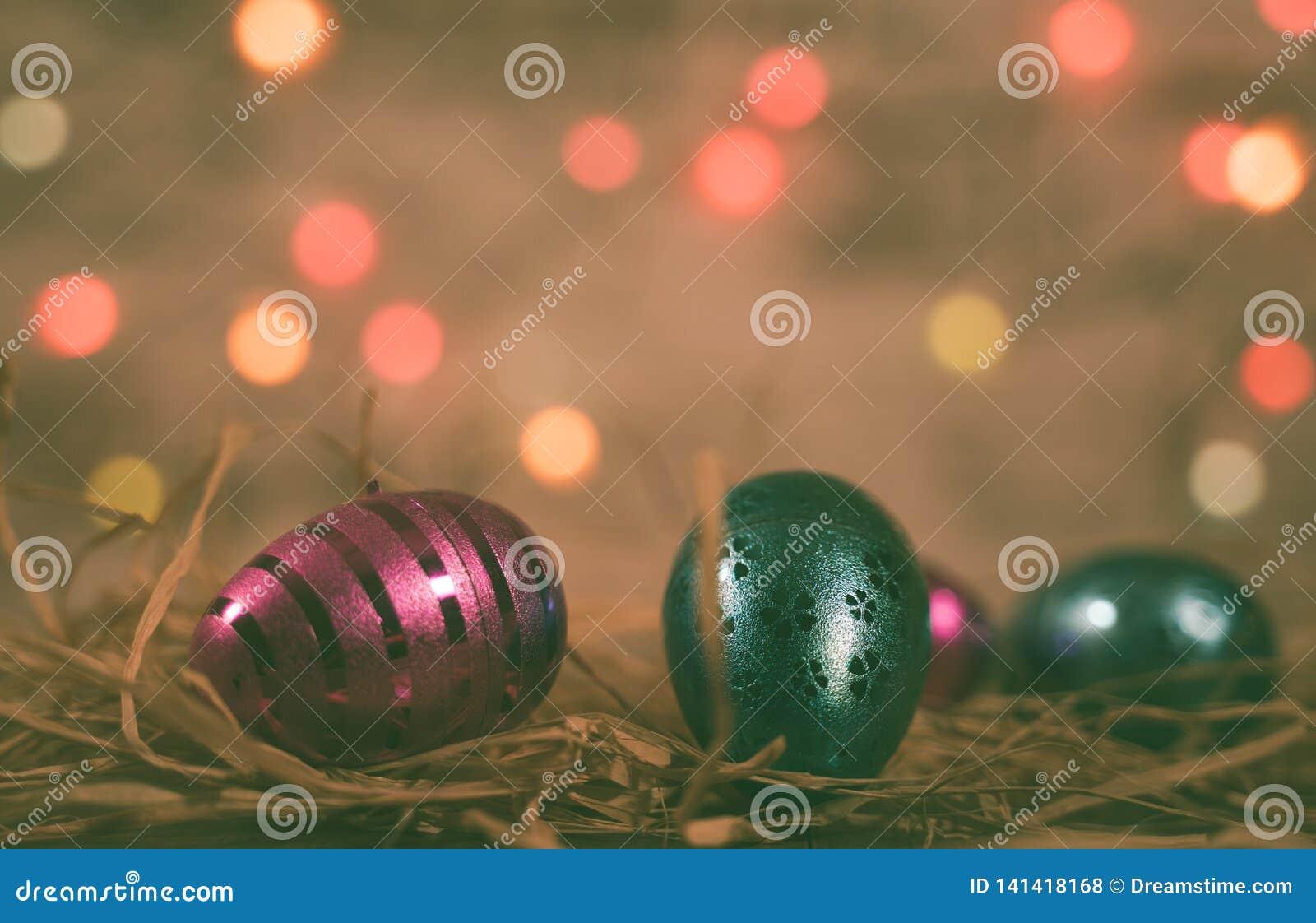 Różowi, Błękitni Easter jajka z Bokeh/