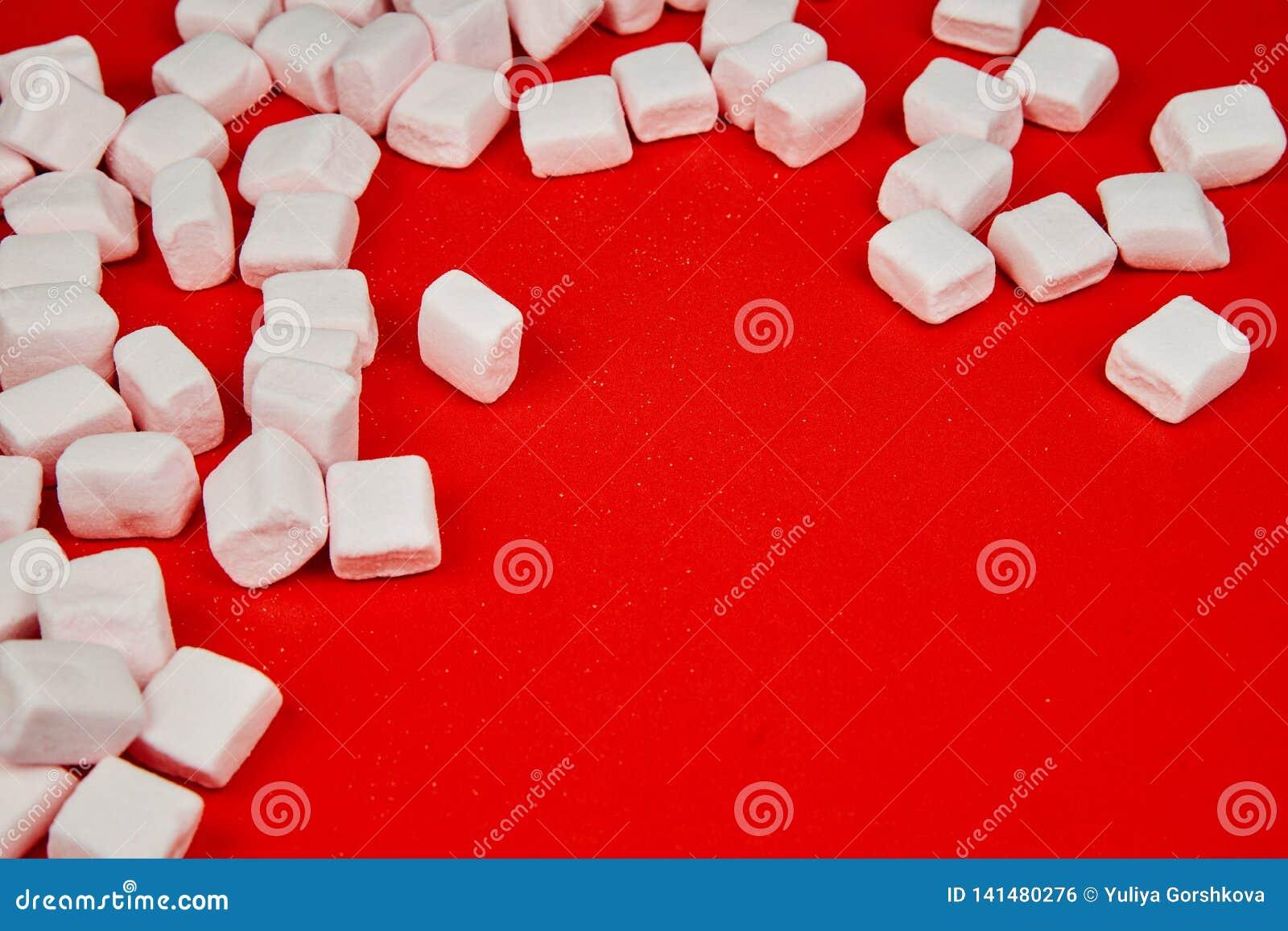 Różowy marshmallow na czerwonym tle Valentine& x27; s dzień