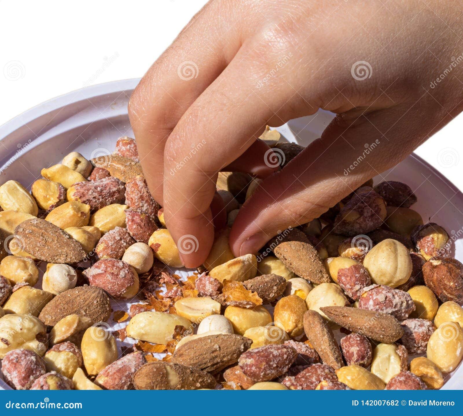 Ręka bierze niektóre mieszanym przekąskom ryżowych krakersy, dokrętki i wysuszone owoc,