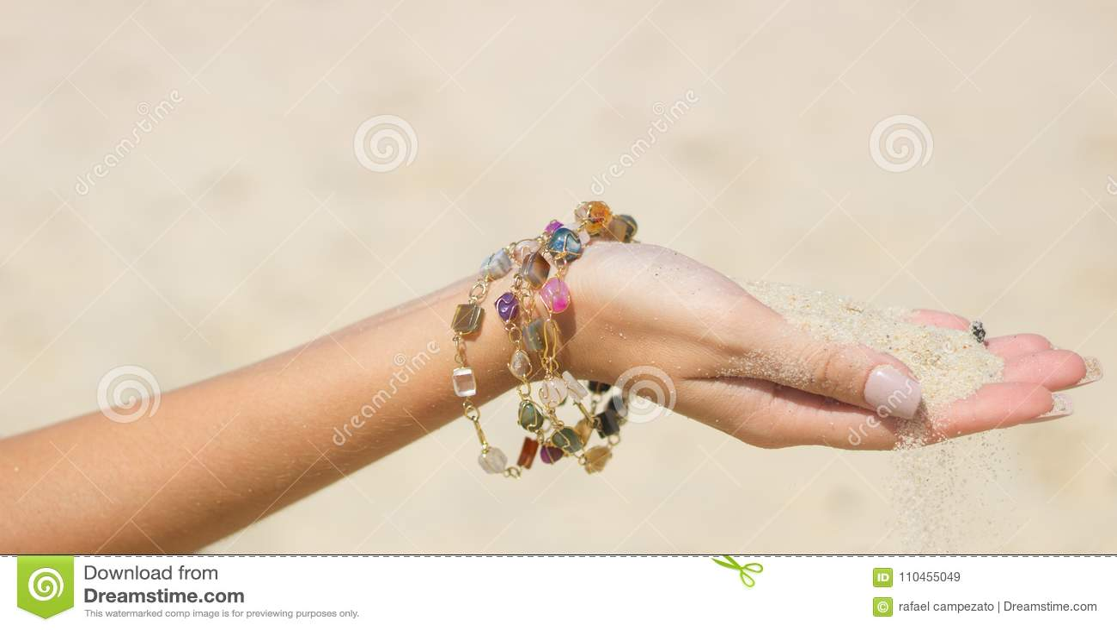 Räcka att tappa sand mellan fingrarna med det crystal armbandet