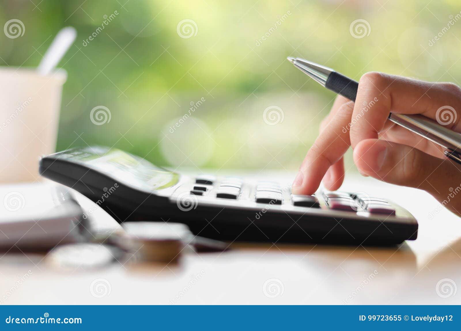 Räcka den hållande pennan och den trängande räknemaskinknappen för affärsacc