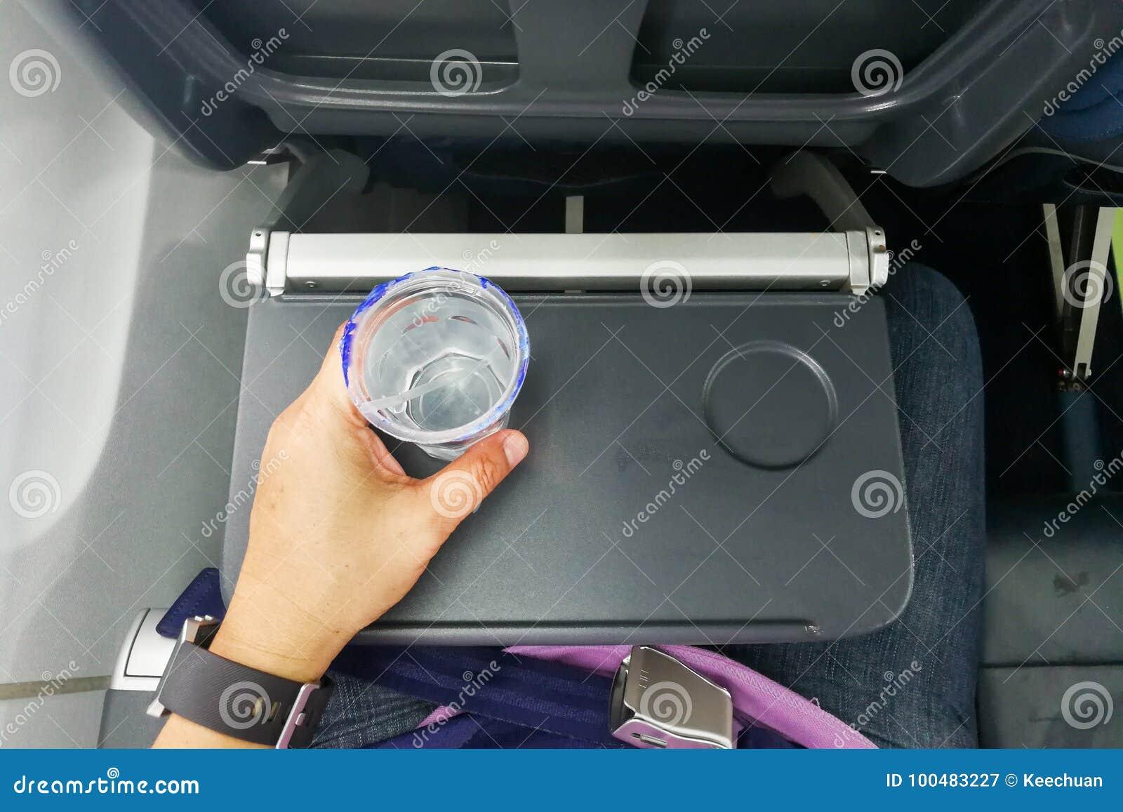 Räcka hållande disponibel mineralvatten på tabellen i luftnivå