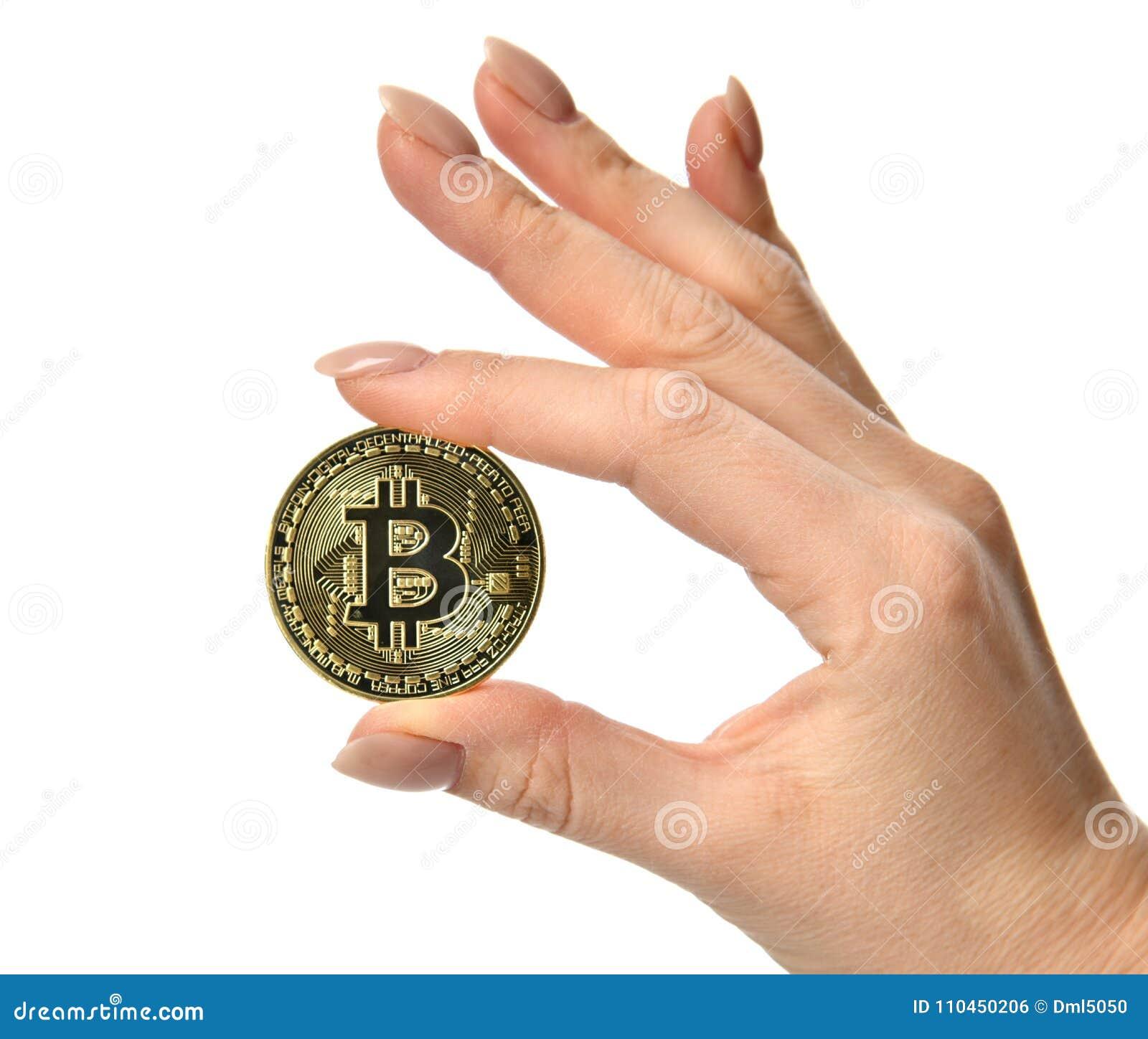 Räcka hållen den guld- bitcoincryptocurrencyen som isoleras på vit bakgrund