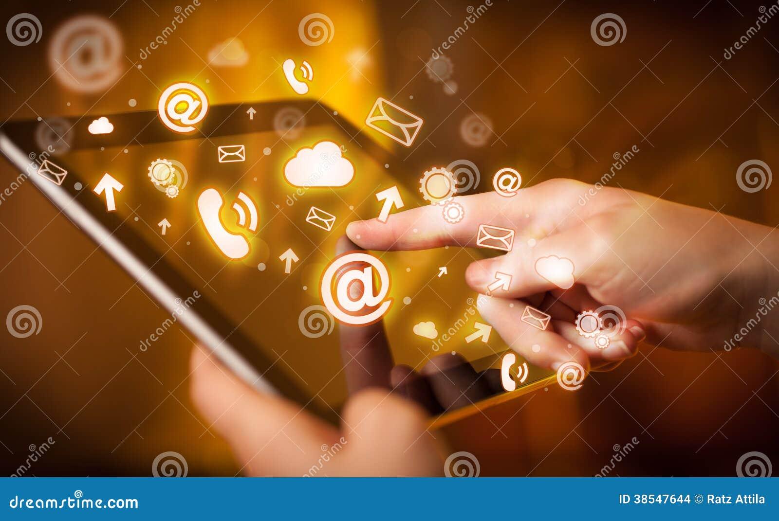 Räcka PC:n för den rörande minnestavlan, socialt massmediabegrepp