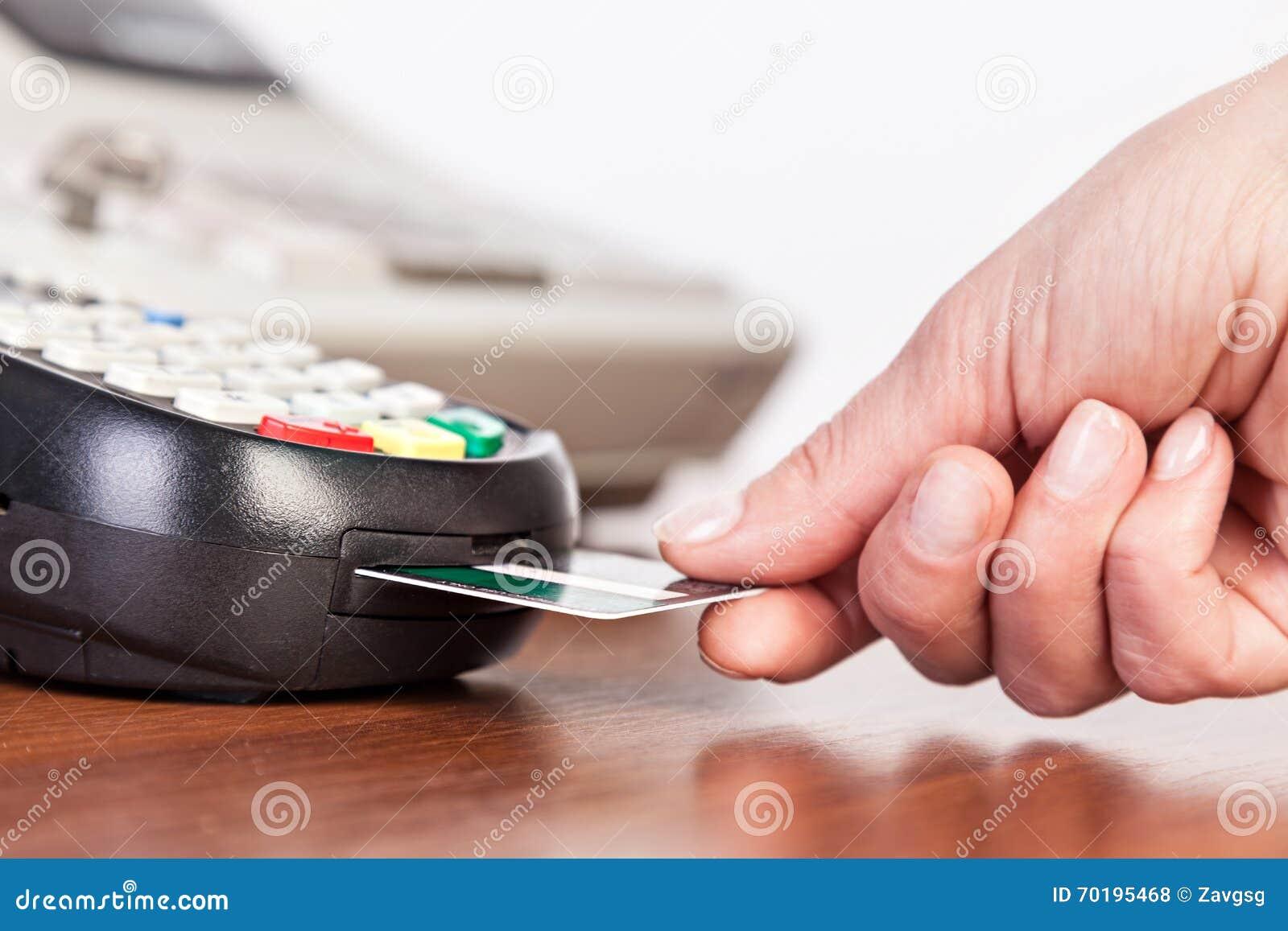 Räcka Pushkreditkorten in i en kreditkortmaskin