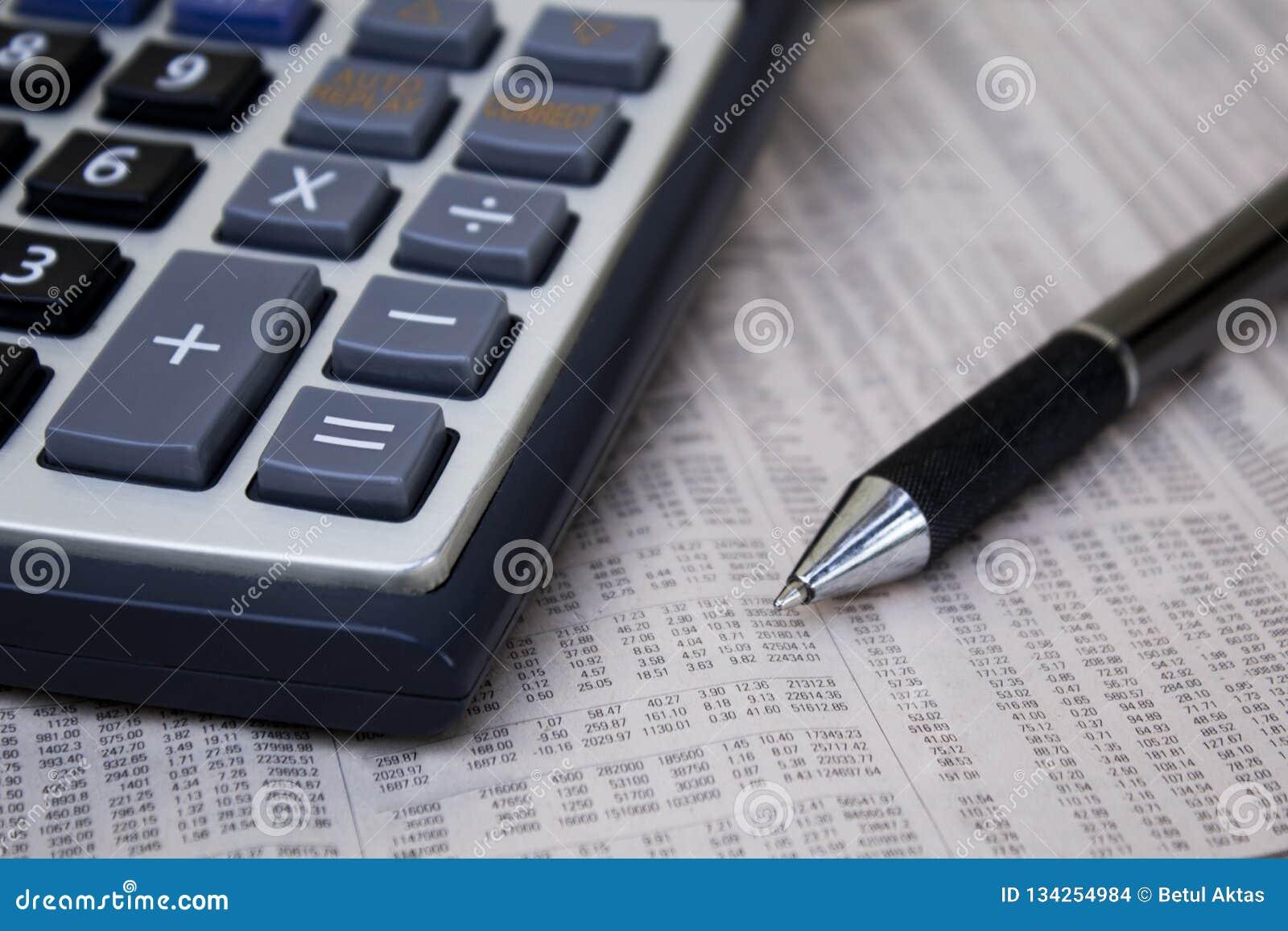 Räknemaskin med pennan på papper