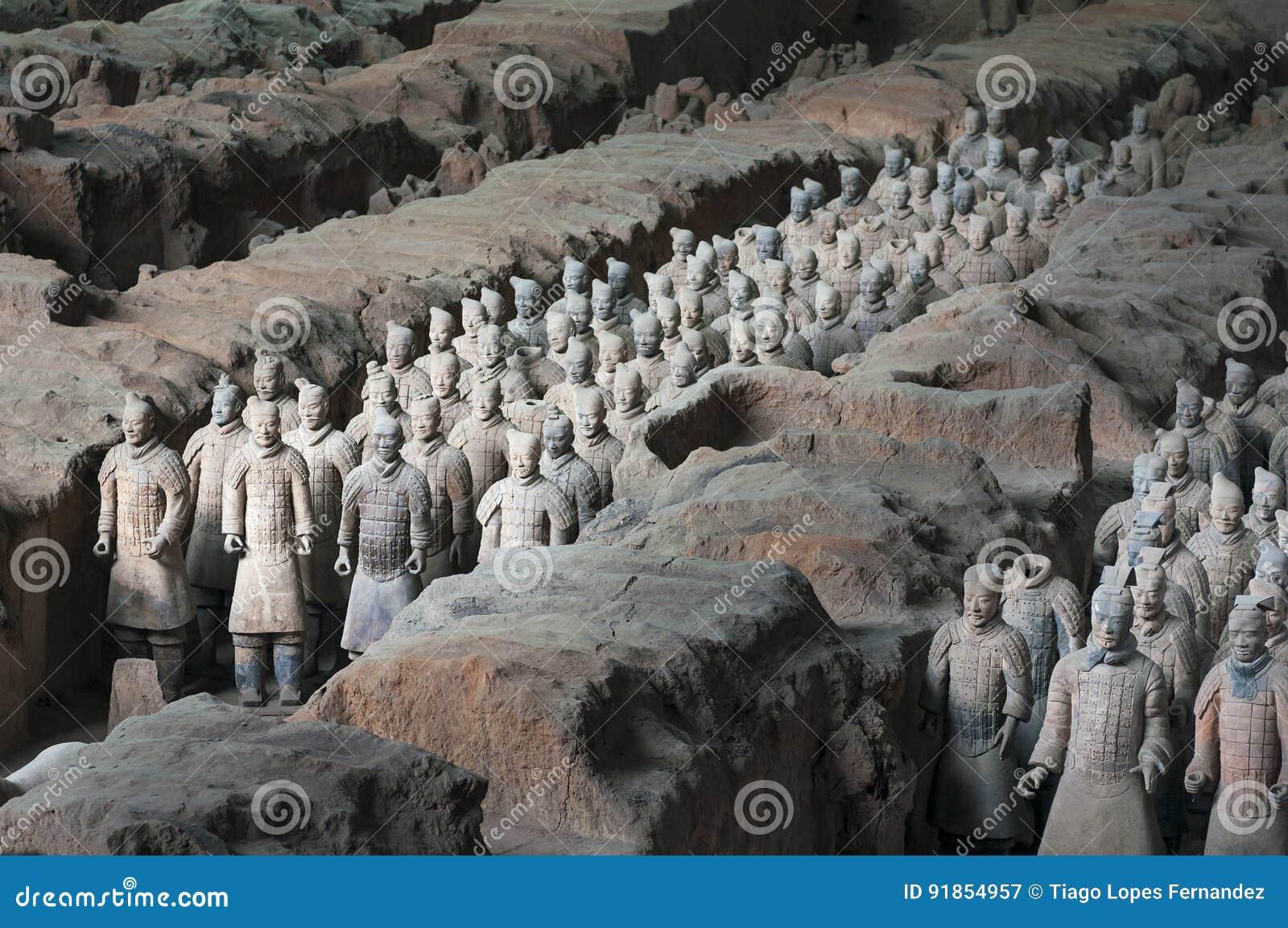 Ränge von Armee Terracota-Kriegern in der archäologischen Fundstätte nahe Xian, China