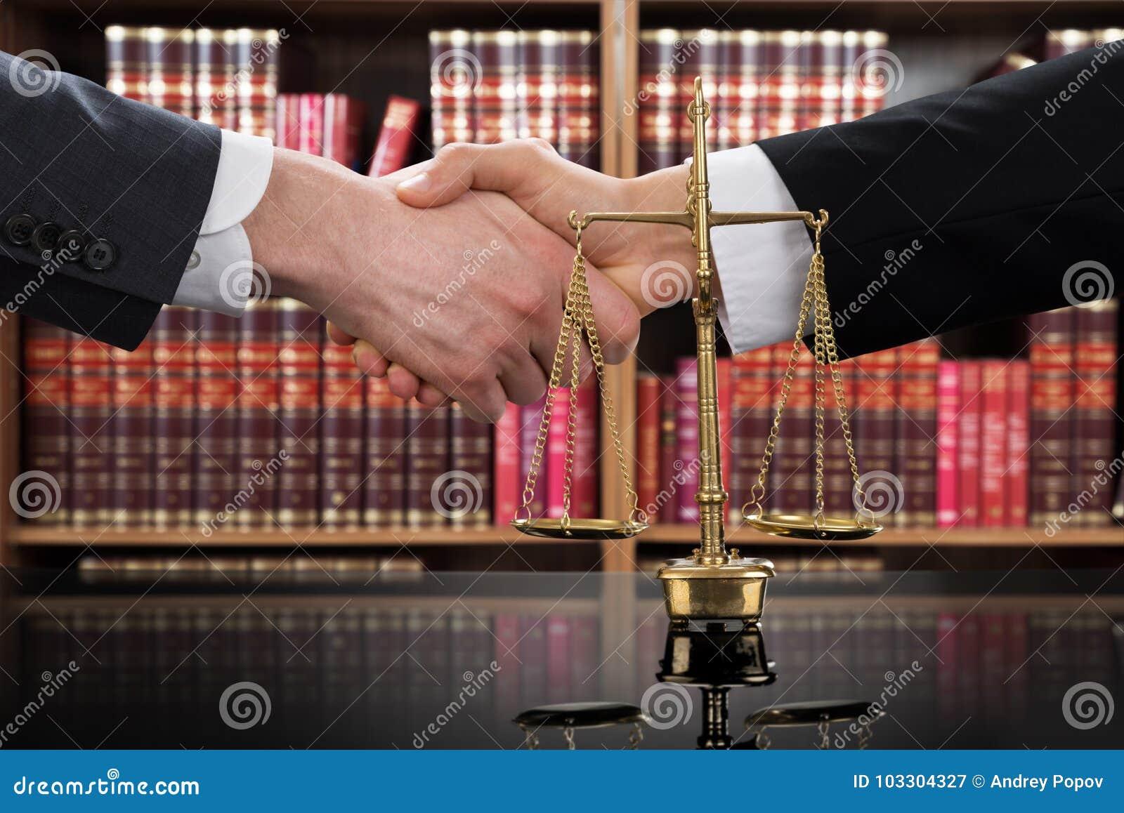 Rättvisa Scale With Judge och klient som skakar händer