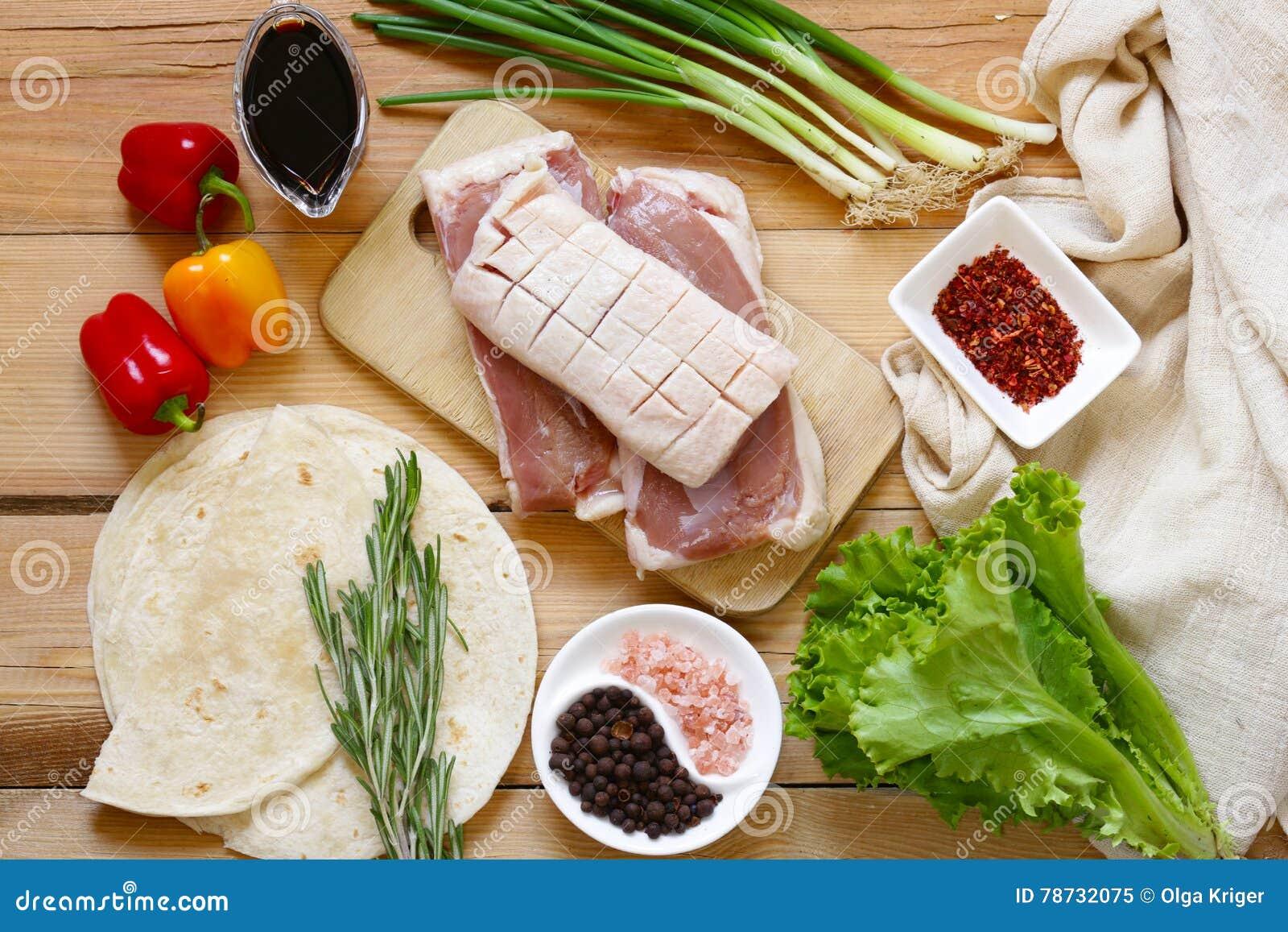 Rå andfilé, kryddor och såser