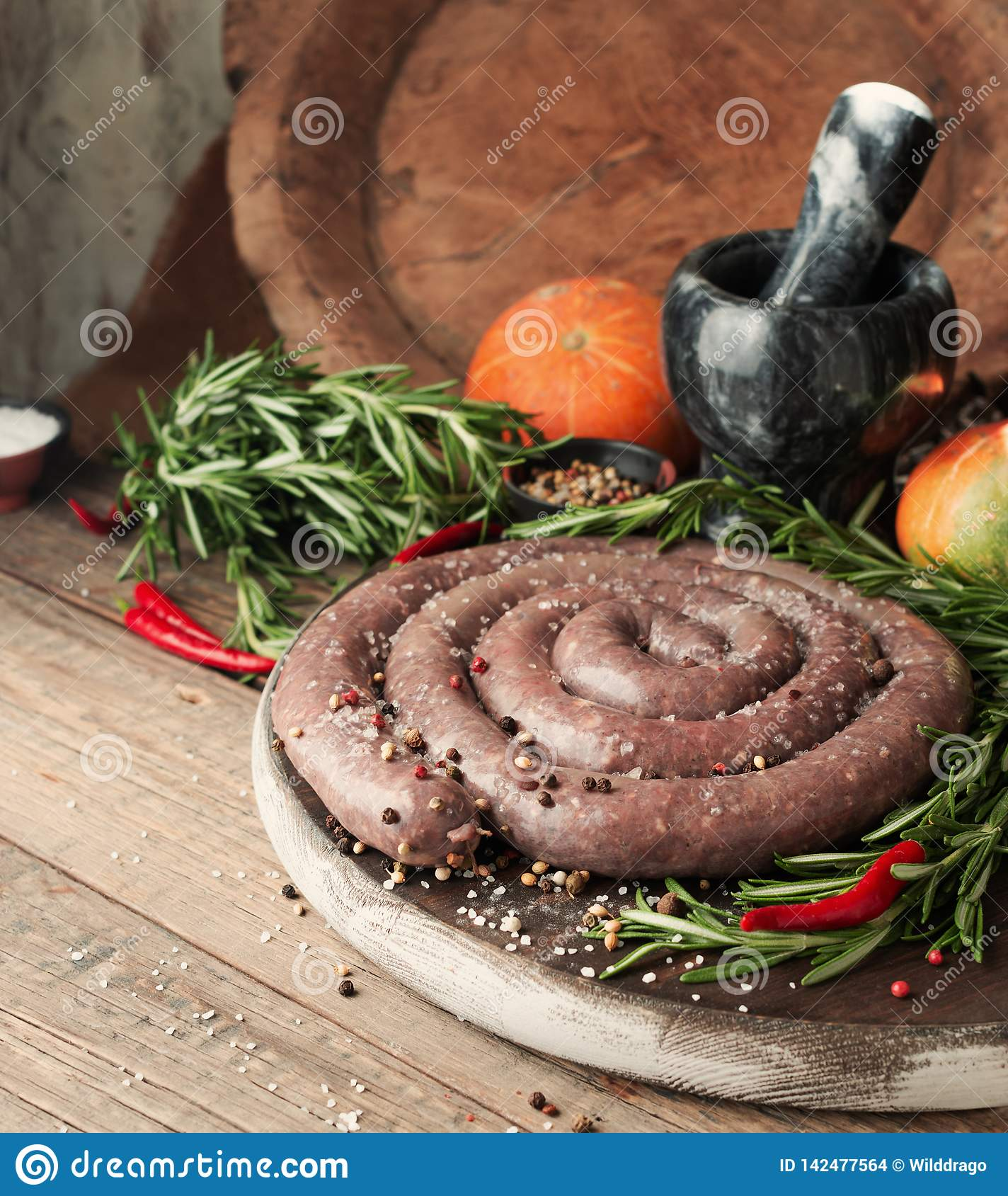 Rå nötköttkorvar, afrikanska boerewors för selektiv fokus