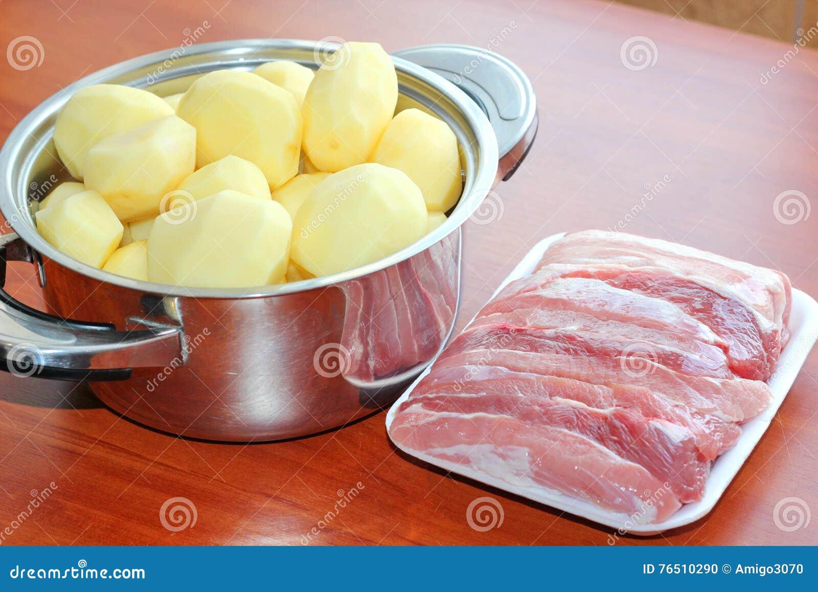 Rå potatisar för kött Kruka med potatisar