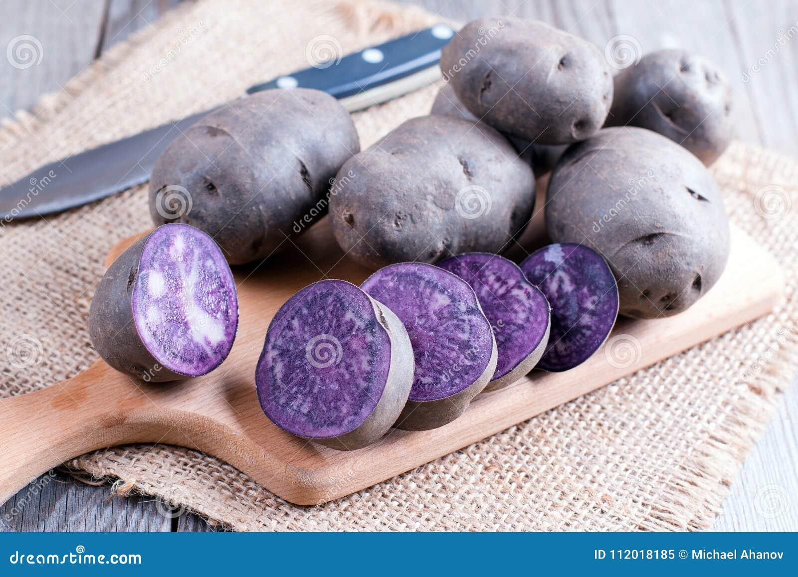 Rå purpurfärgad potatis