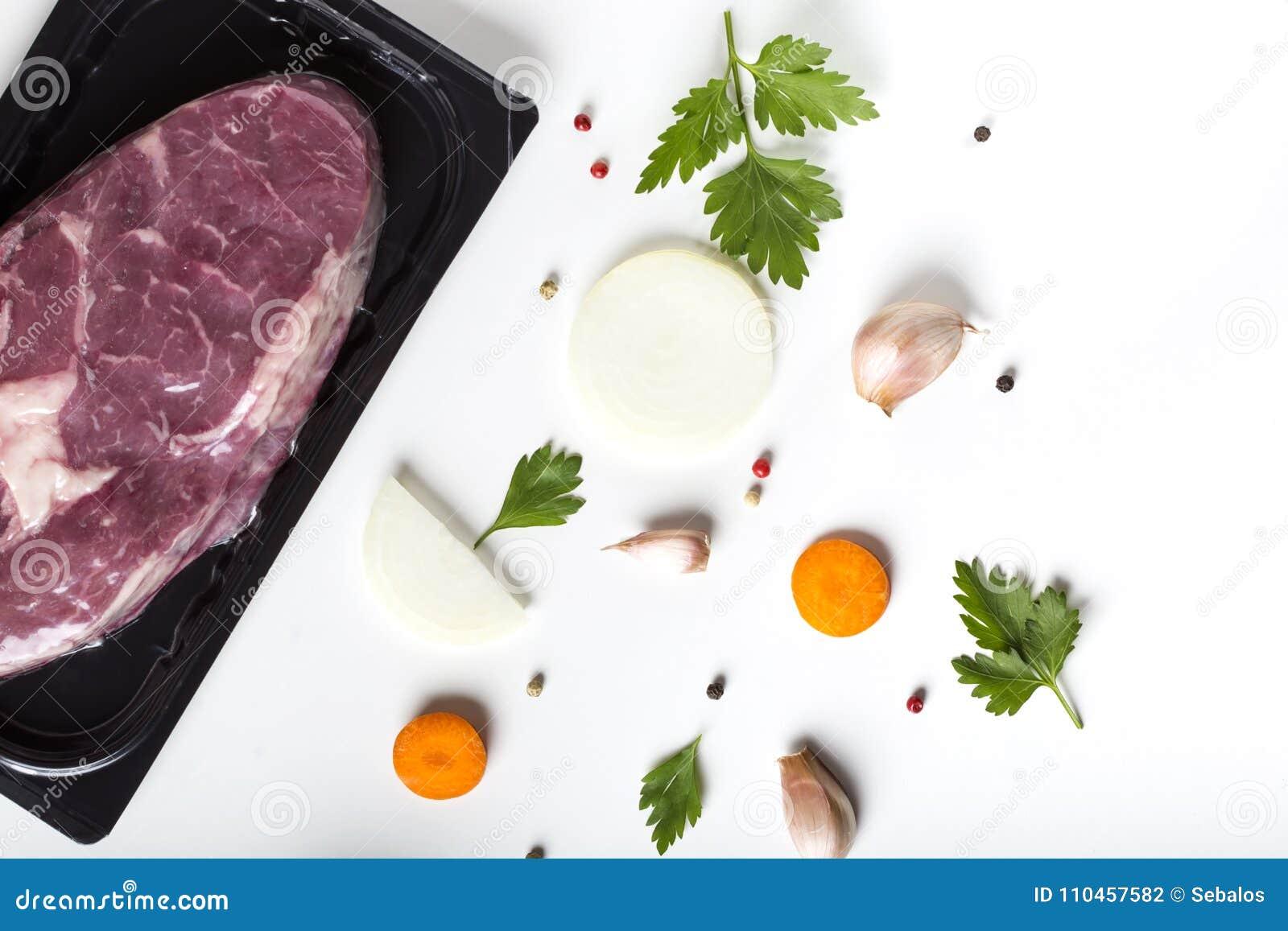 Rått nötköttkött och örter med grönsaker