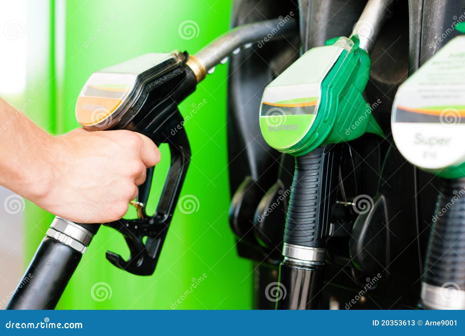 Réapprovisionnez en combustible le véhicule sur une station service