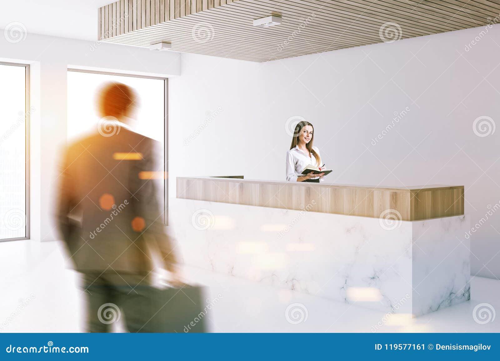 Réception de marbre dans le lobby blanc de bureau les gens
