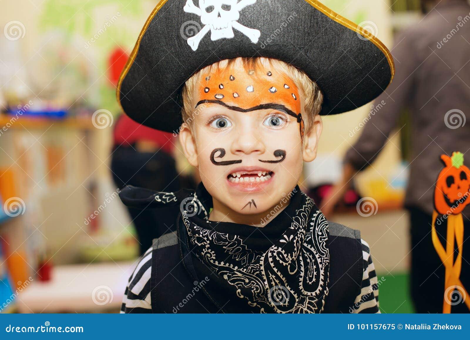 Réception de Veille de la toussaint Un petit garçon dans un costume de  pirate et un maquillage sur son visage profite d\u0027un agréable moment à la  partie de