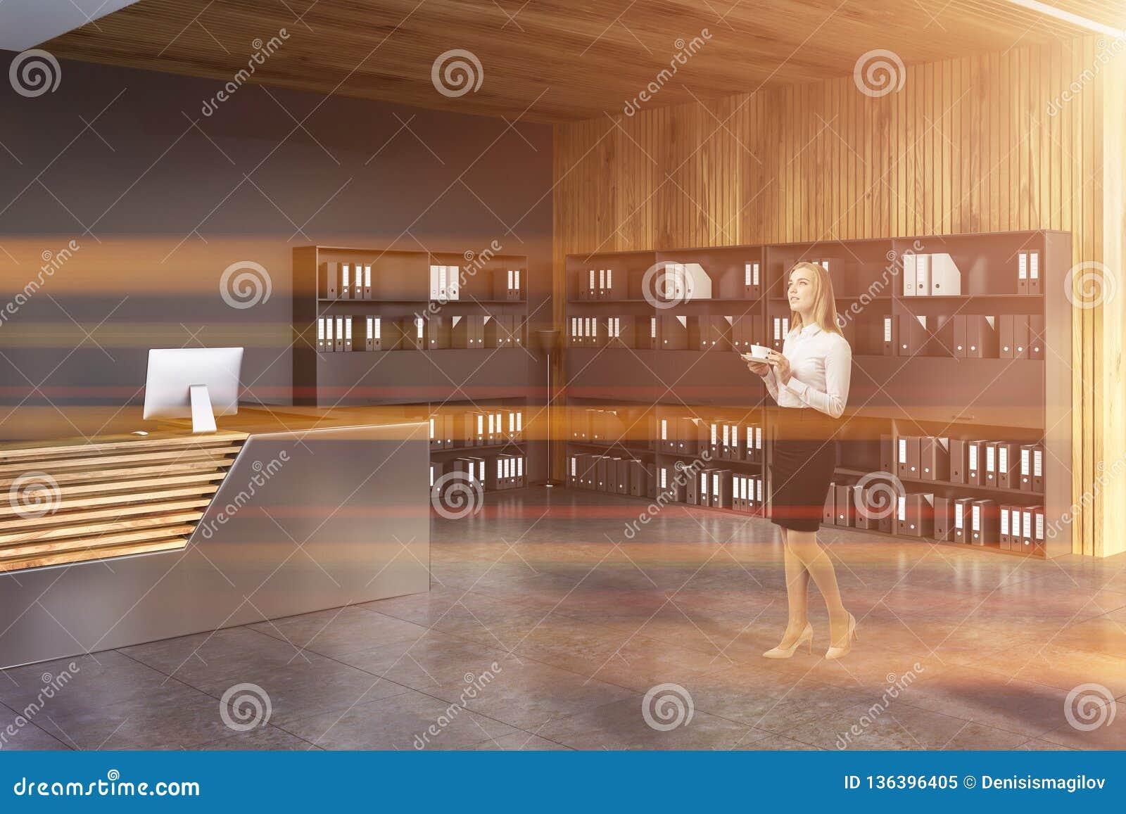 Réception et bibliothèques dans le bureau, femme