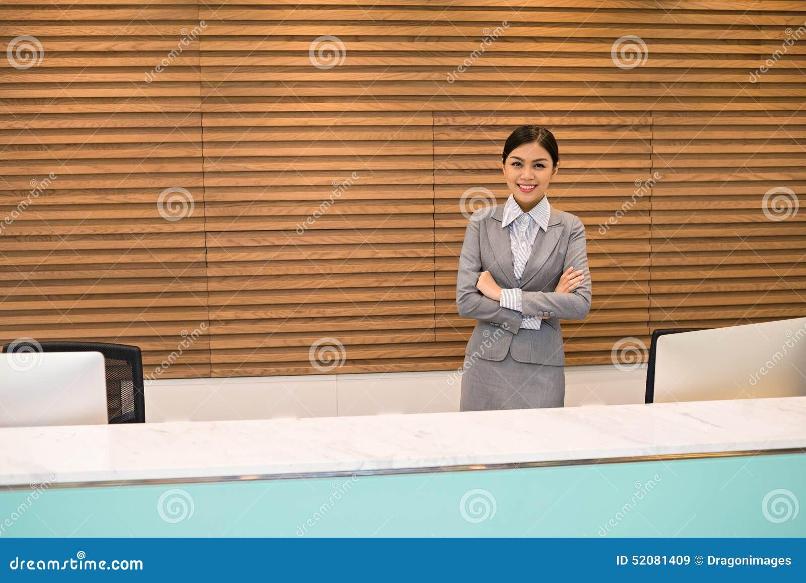Réceptionniste attirant de bureau image stock image du