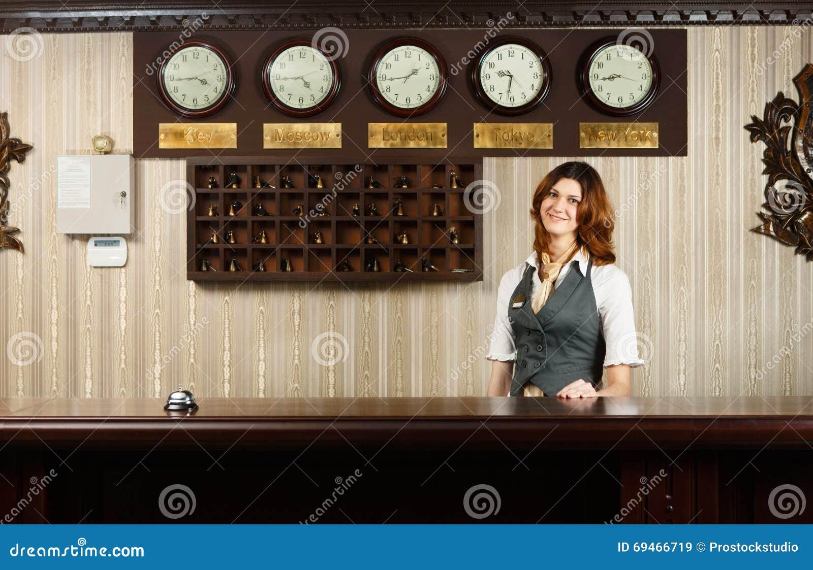 Réceptionniste au contre bureau de lhôtel moderne image stock