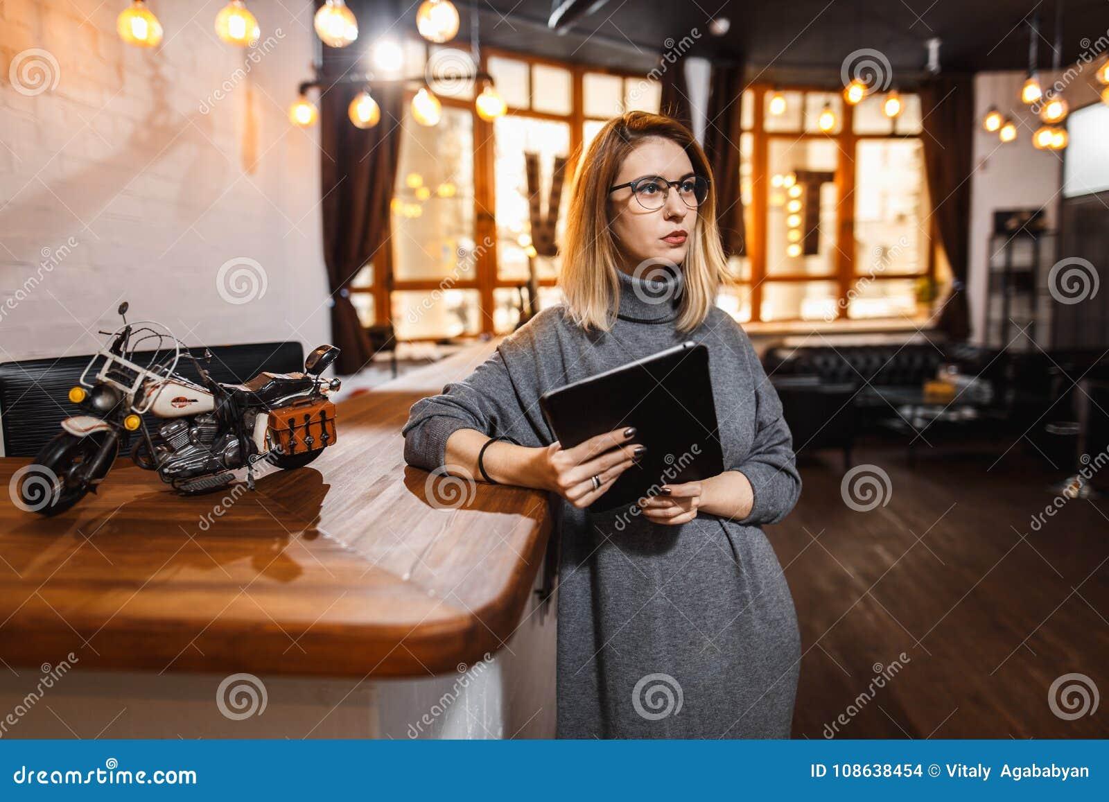 Réceptionniste se tenant au compteur de réception dans le bureau