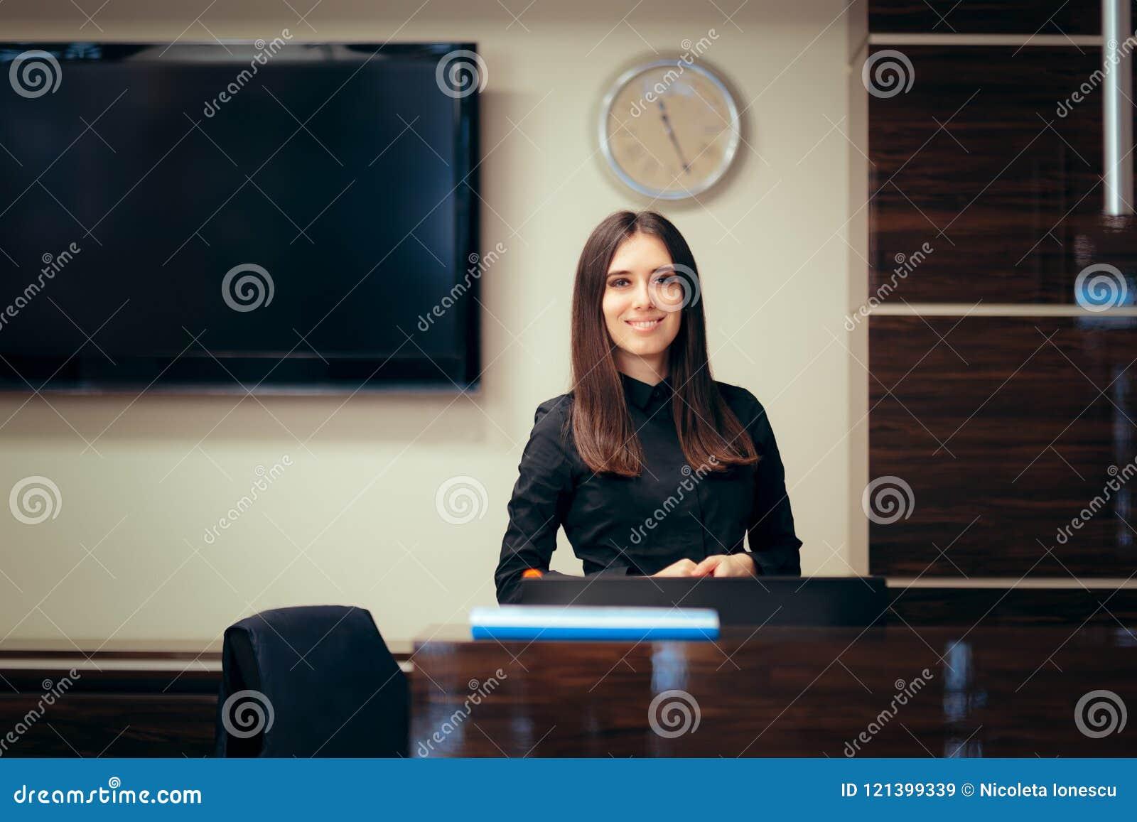 Réceptionniste woman devant ses clients de salutation de