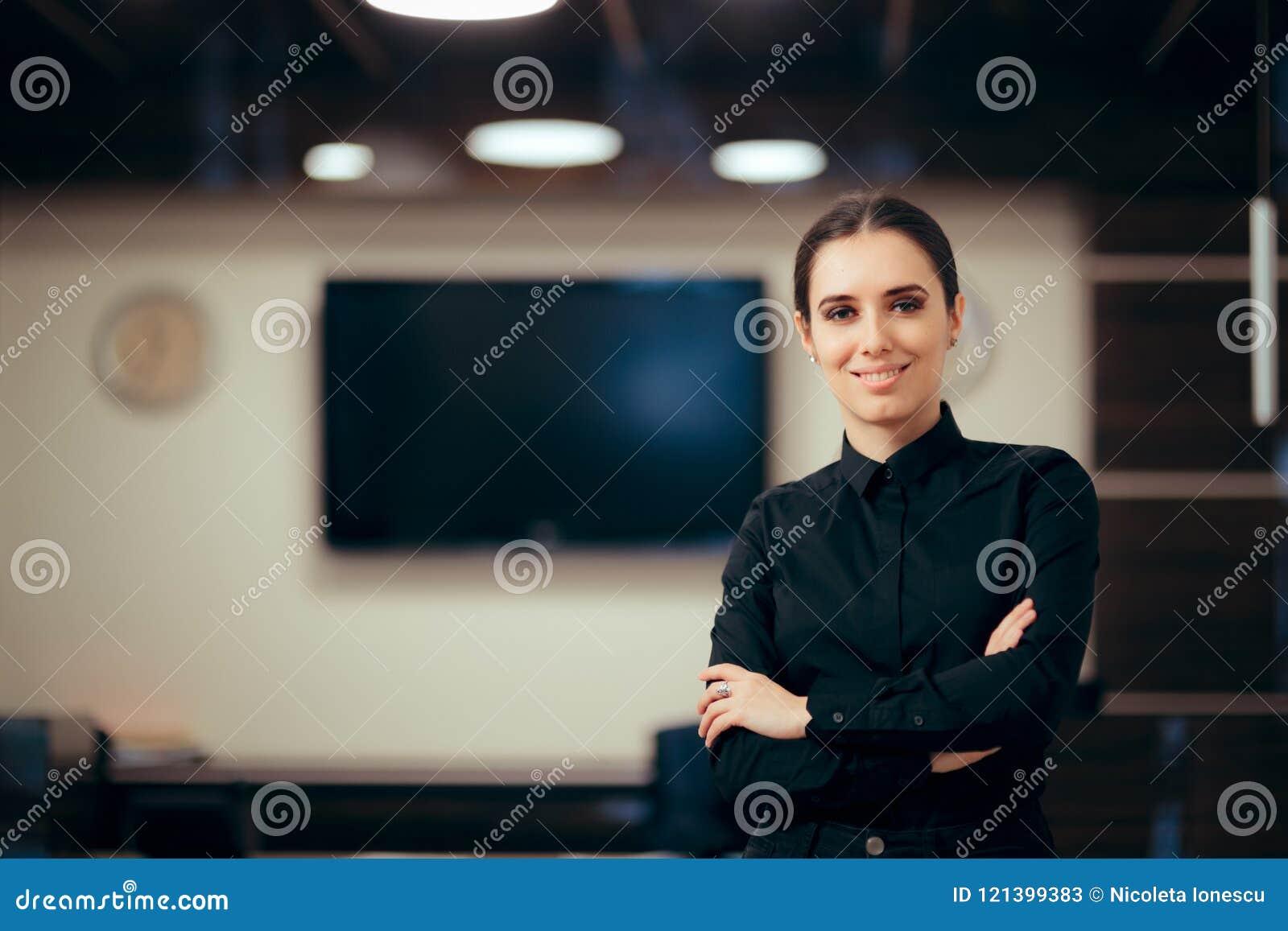 Réceptionniste woman devant ses clients de salutation de bureau