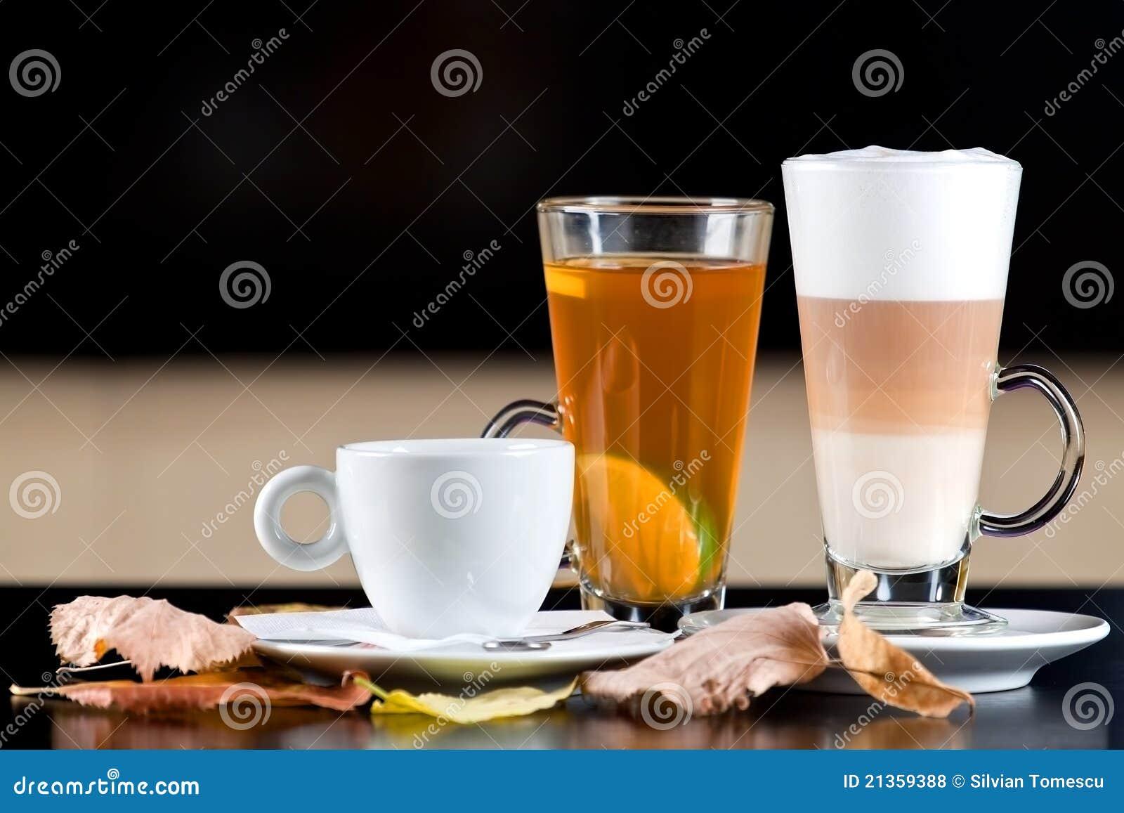 Réchauffez les boissons : café, thé, latte avec des lames d automne