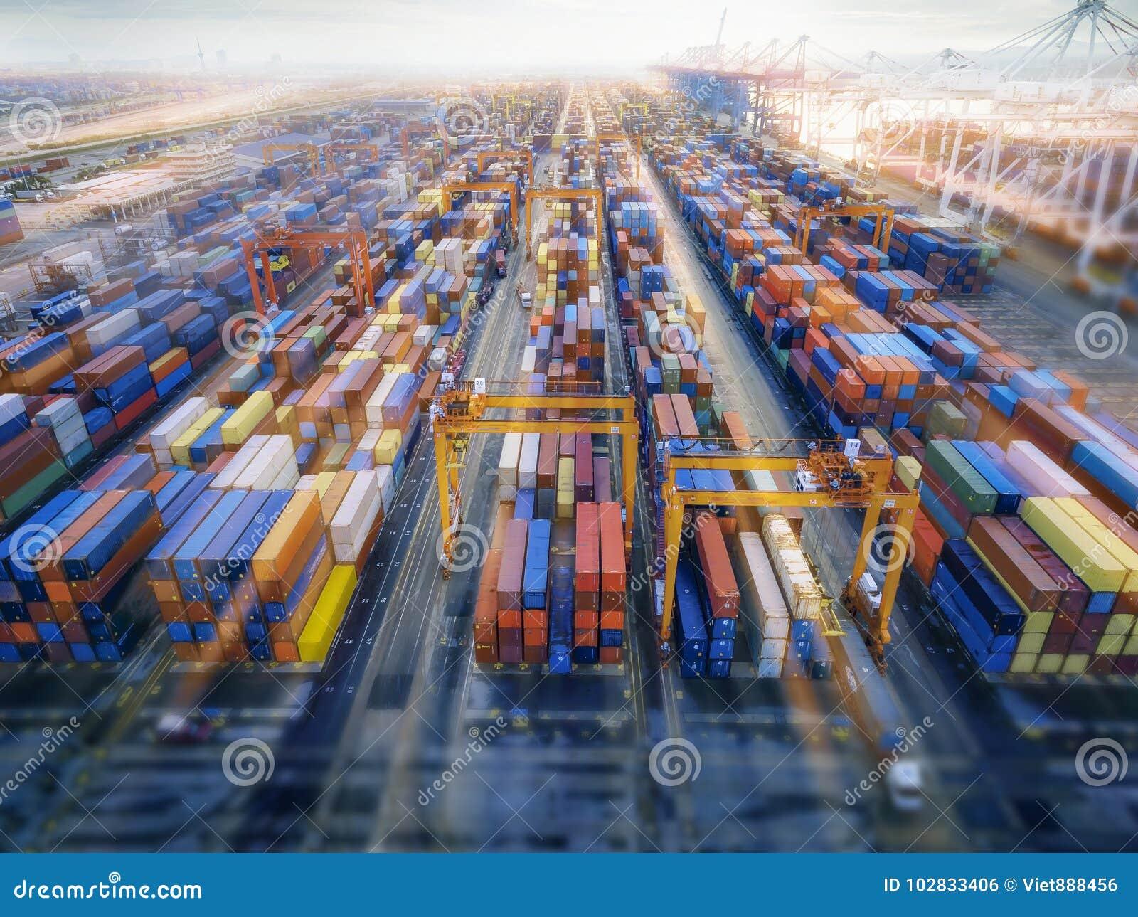 Récipient aérien de vue supérieure dans l exportation de attente d entrepôt de port
