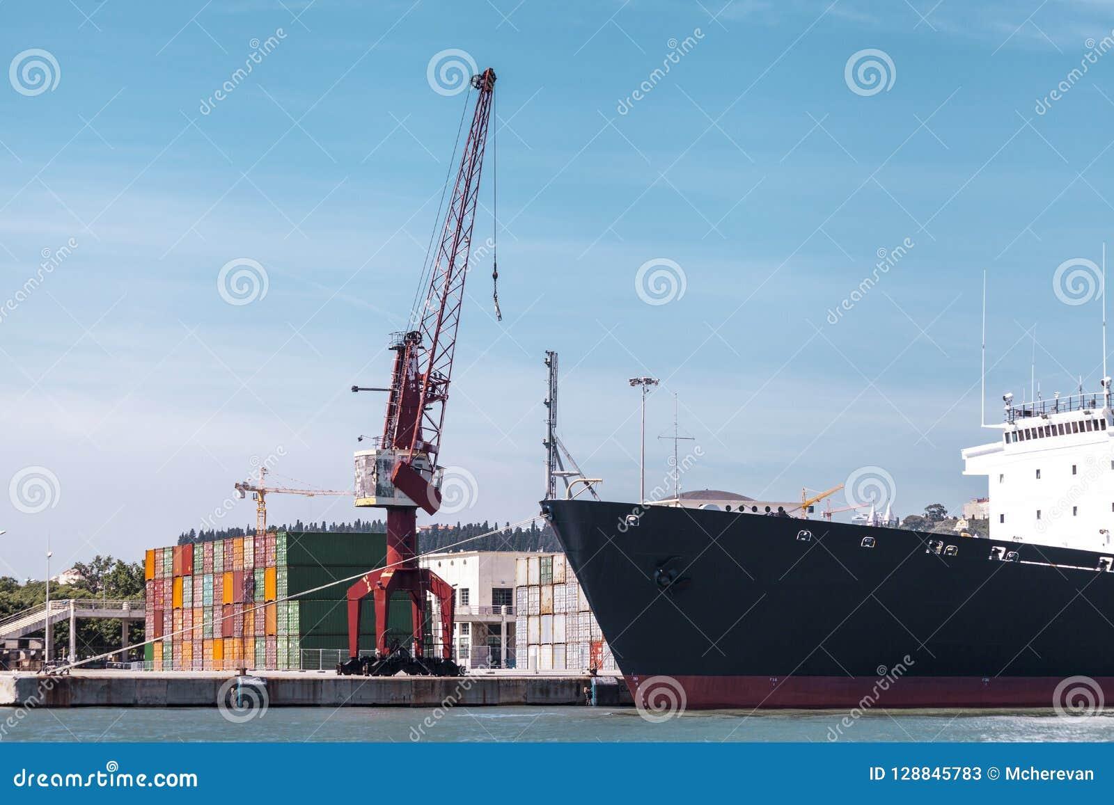 Récipients de cargaison dans le port La grue marine soulève le récipient de cargaison Transport d importations-exportations, affa