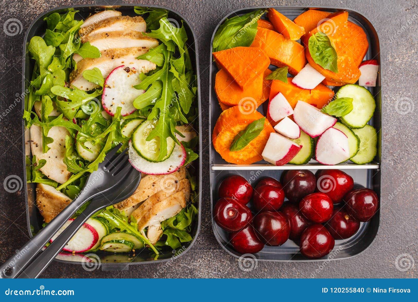 Récipients sains de préparation de repas avec le poulet grillé avec de la salade, commutateur