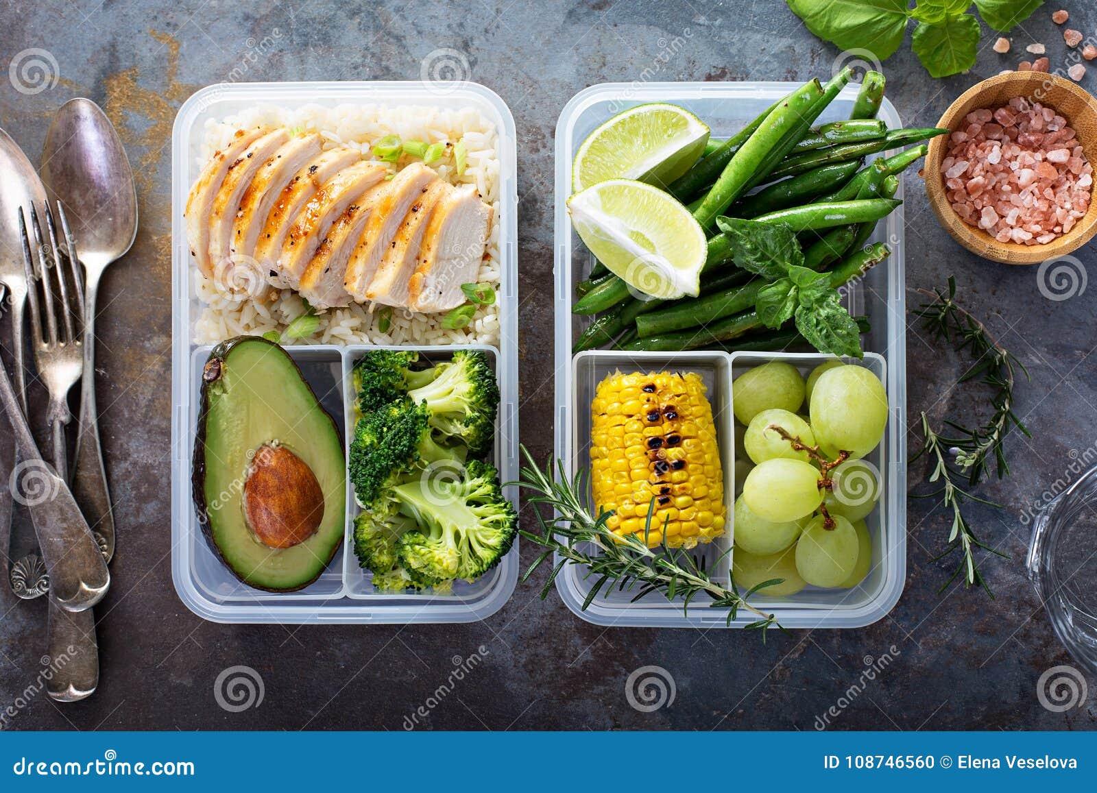 Récipients verts sains de préparation de repas avec du riz et des légumes