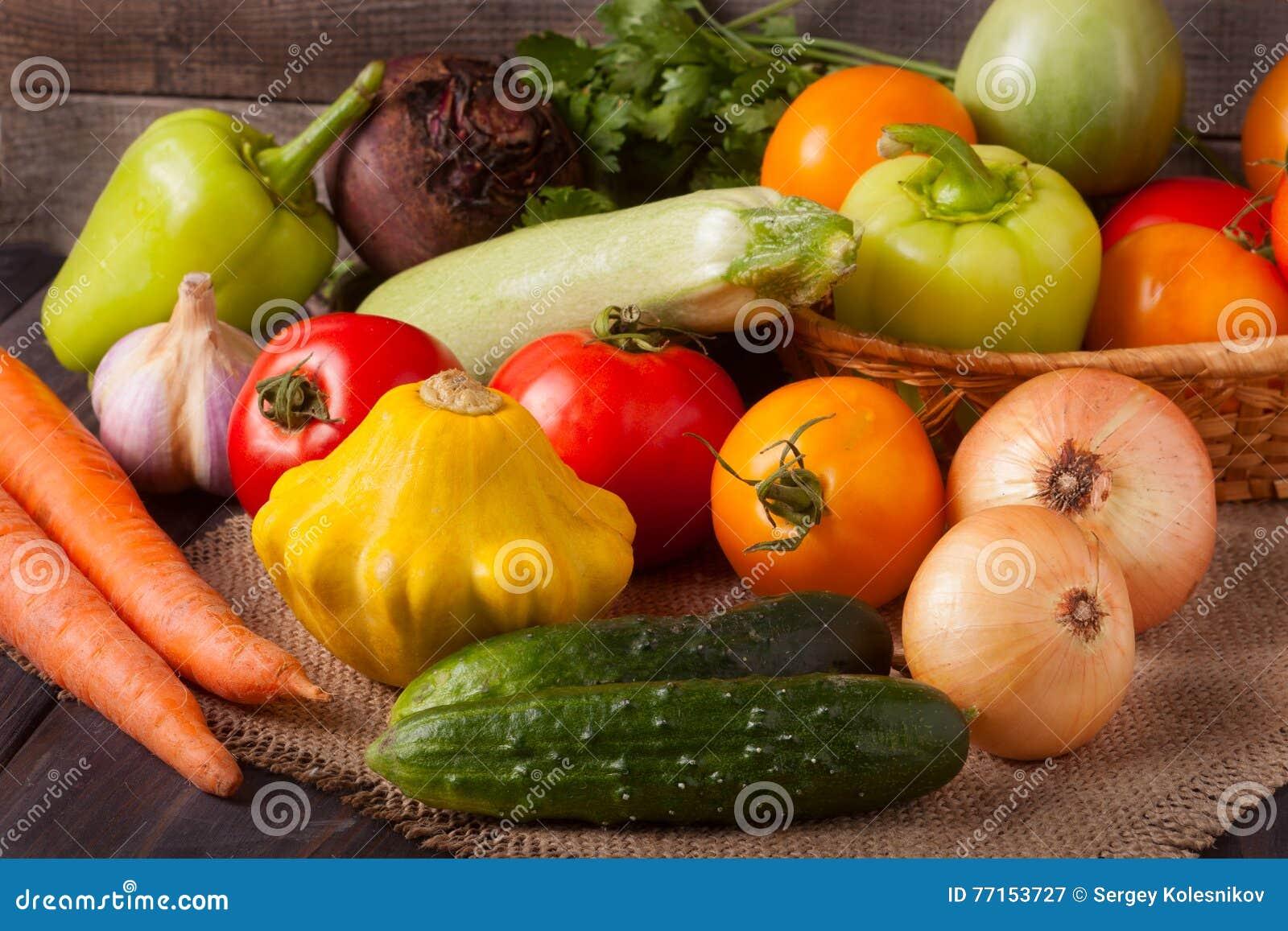 Récolte des légumes sur un fond en bois