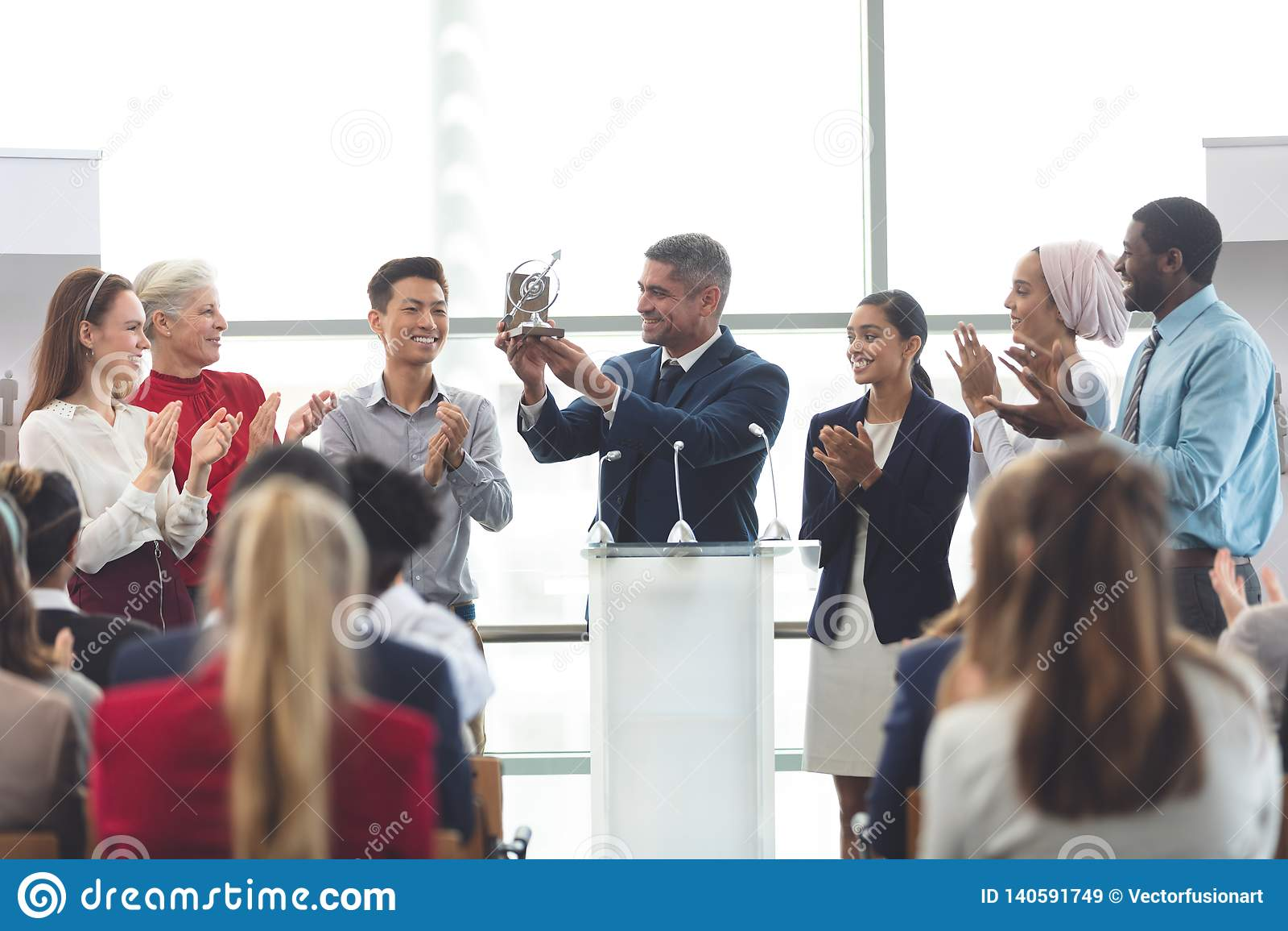 Récompense de participation d homme d affaires au podium avec des collègues dans un séminaire d affaires