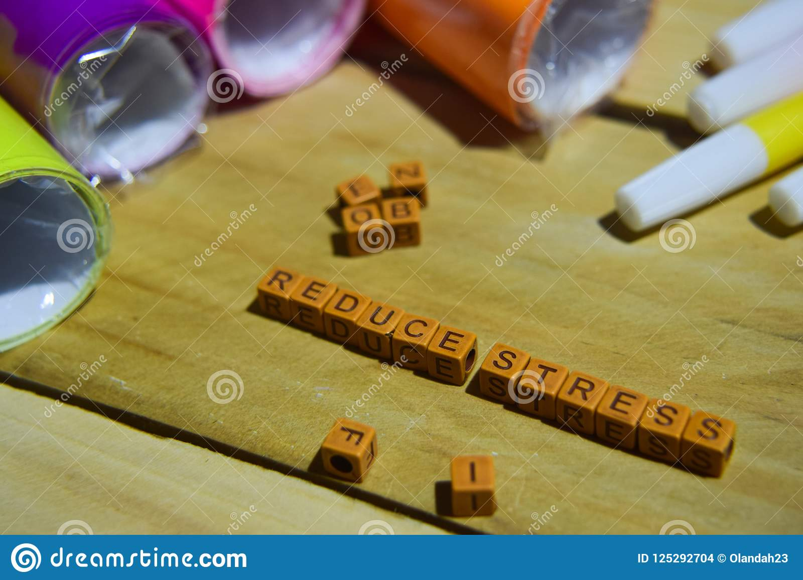 Réduisez l effort sur les cubes en bois avec le papier et le stylo colorés, inspiration de concept sur le fond en bois