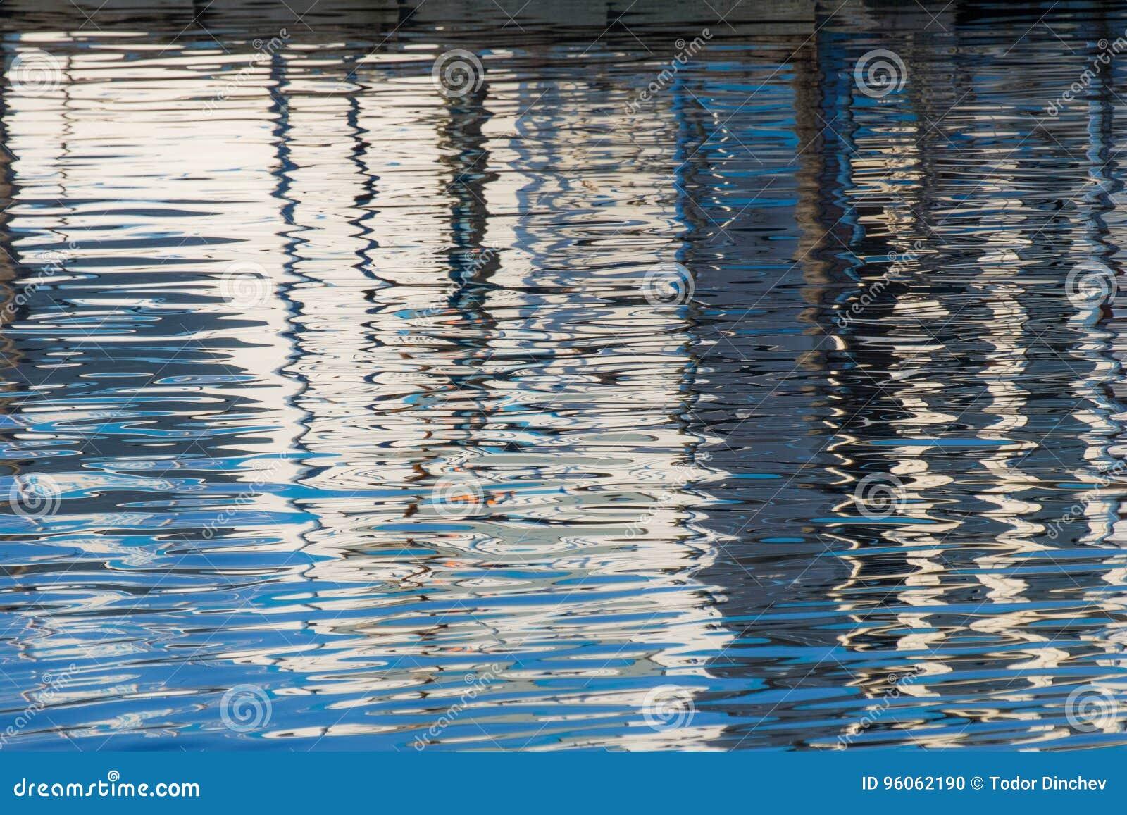 Réflexion d un pilier dans les eaux du lac