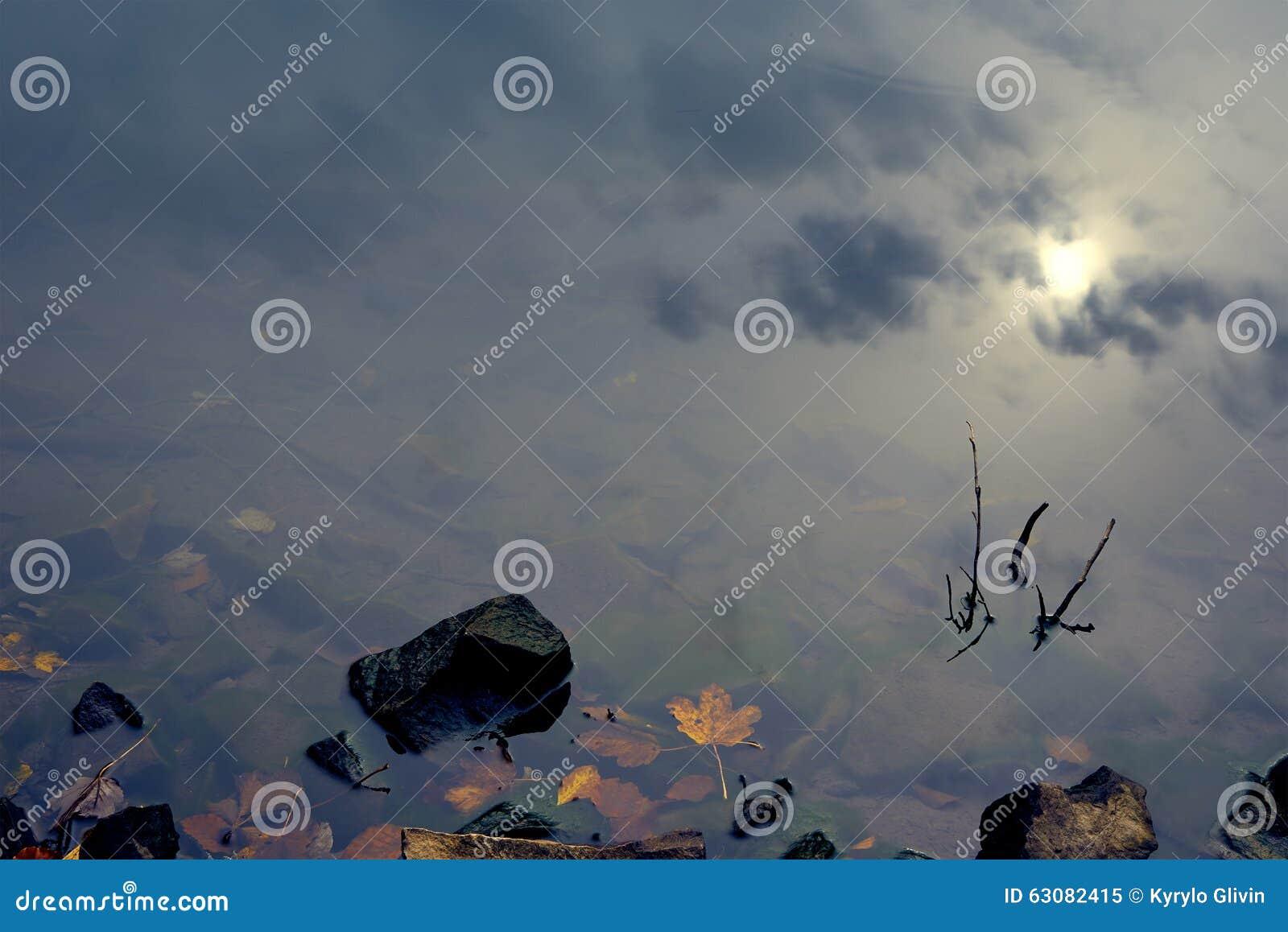 Download Réflexion De Ciel Dans Le Lac Clair De Montagne Image stock - Image du alpestre, automne: 63082415