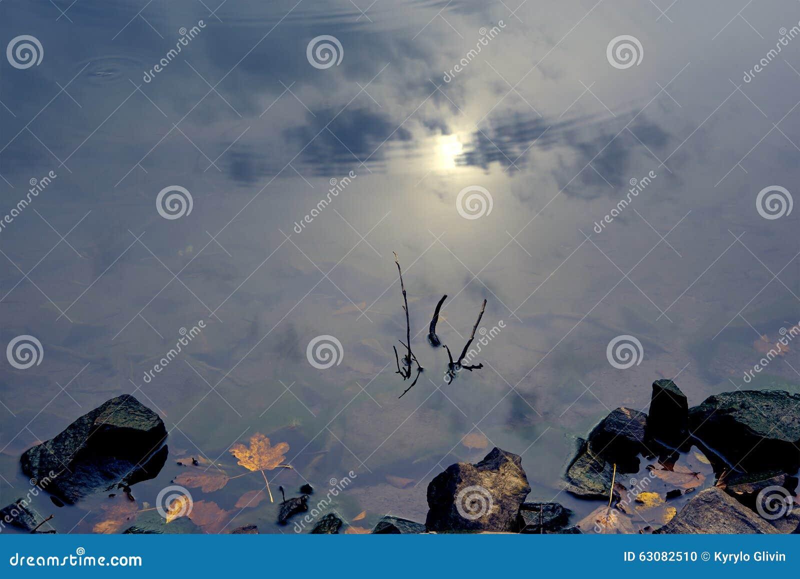 Download Réflexion De Ciel Dans Le Lac Clair De Montagne Photo stock - Image du foncé, nuages: 63082510