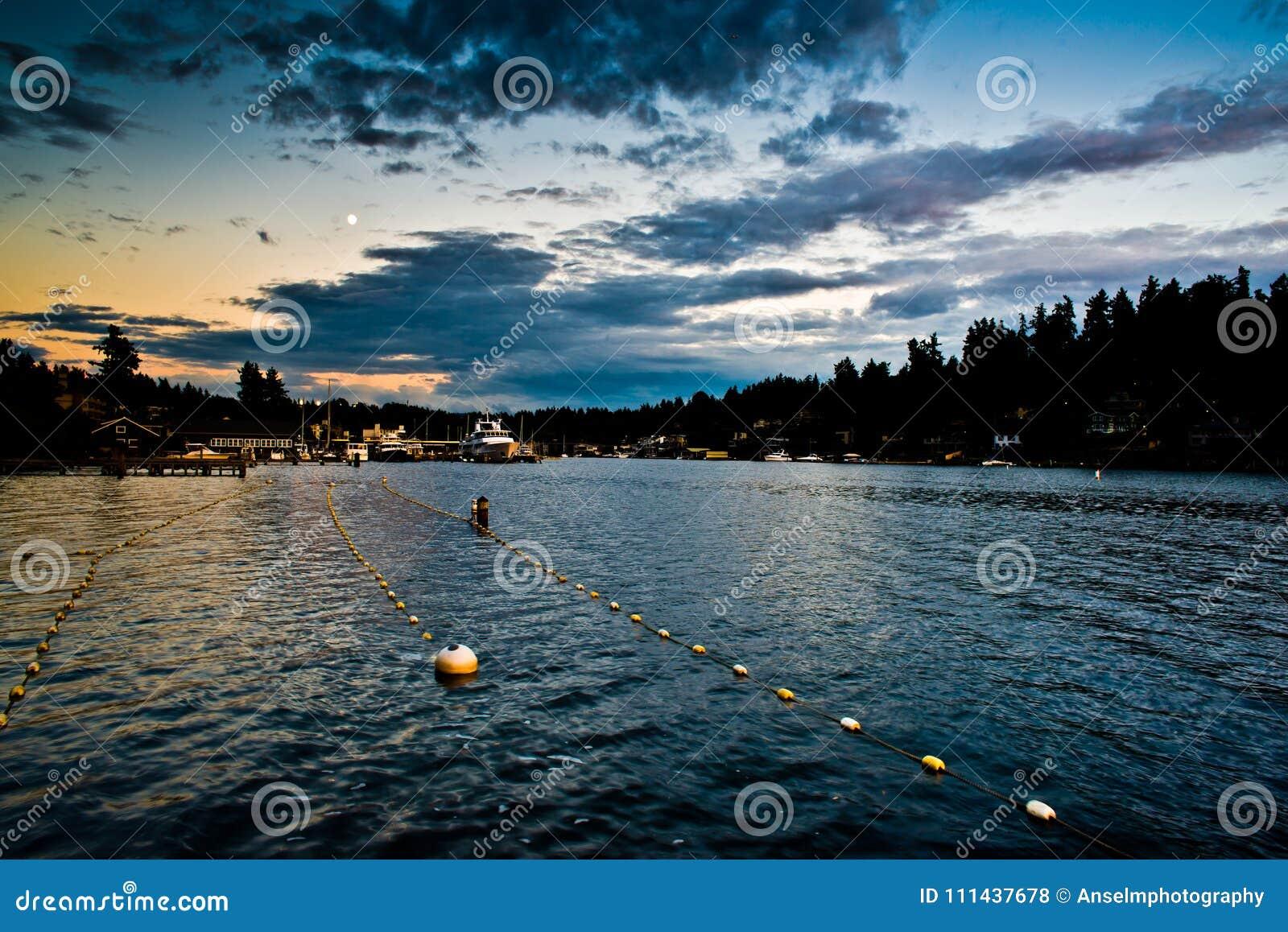 Réflexion de coucher du soleil aux ruelles de natation intermédiaires de parc de plage de Meydenbauer dans Bellevue, Washington,