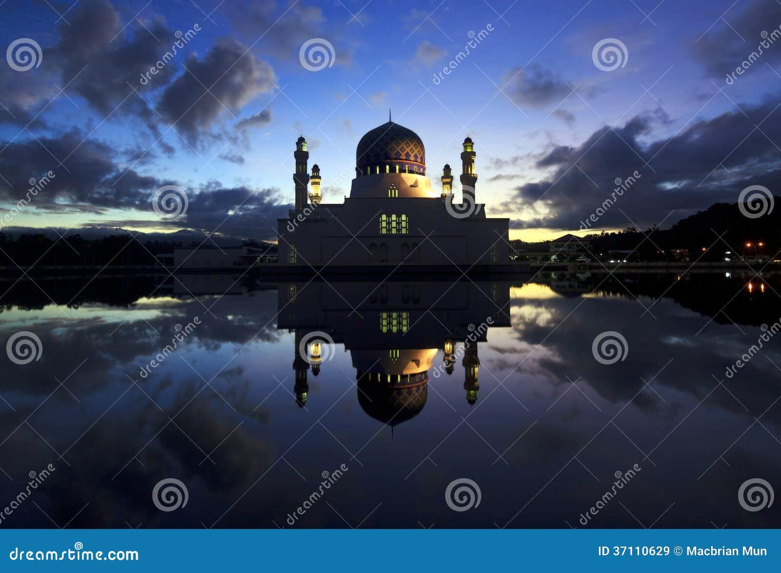Réflexion de mosquée de ville de Kota Kinabalu chez Sabah, Bornéo