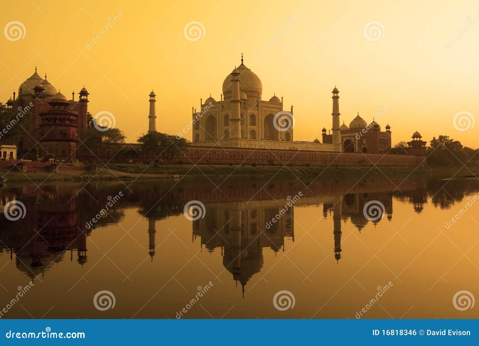 Réflexion de Taj Mahal dans le fleuve de yamuna.
