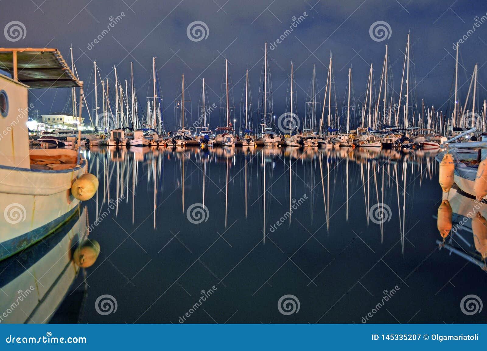 Réflexion des bateaux à voile dans le port de Leucade