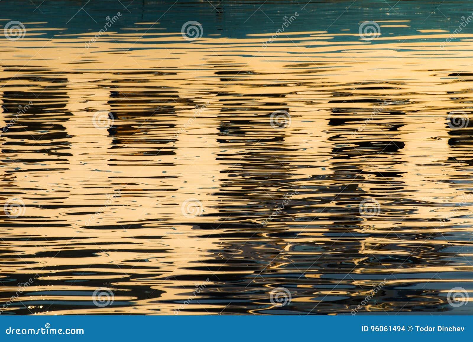 Réflexion des fenêtres dans les eaux du lac